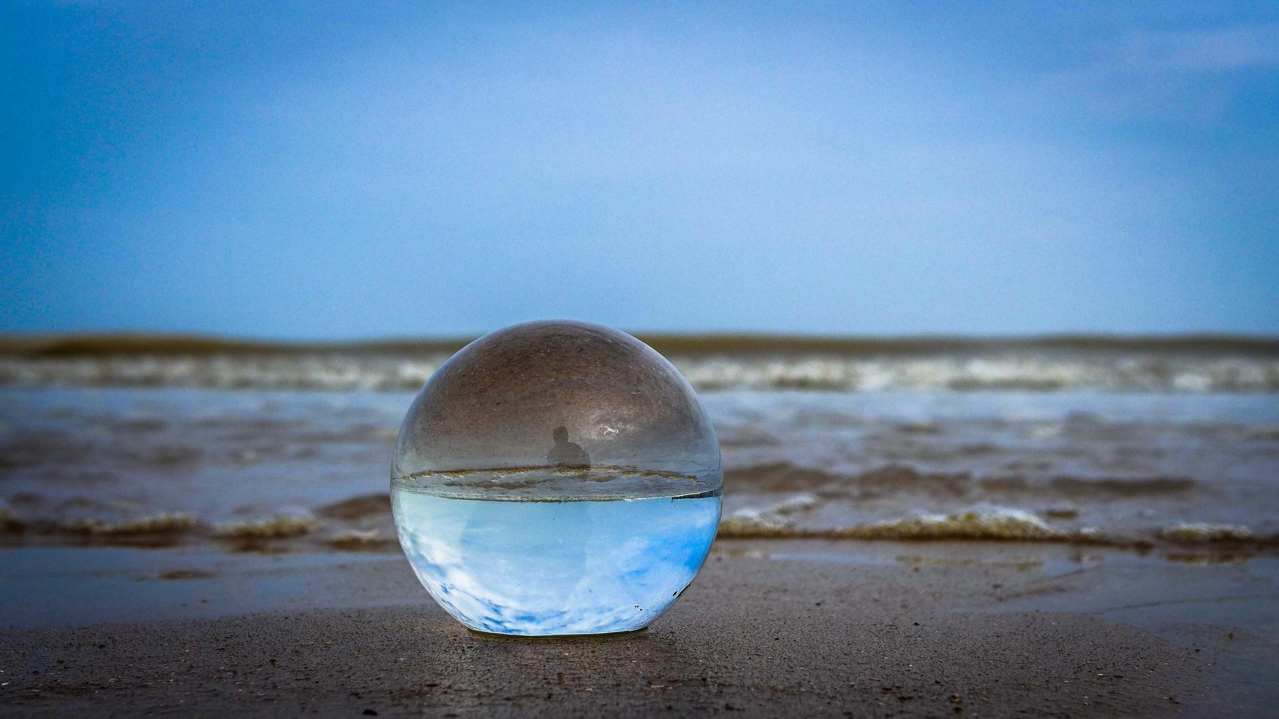 Viewfinder-kristallen-bol-eigenzinnige-fotografie-strand-golfbreker-5