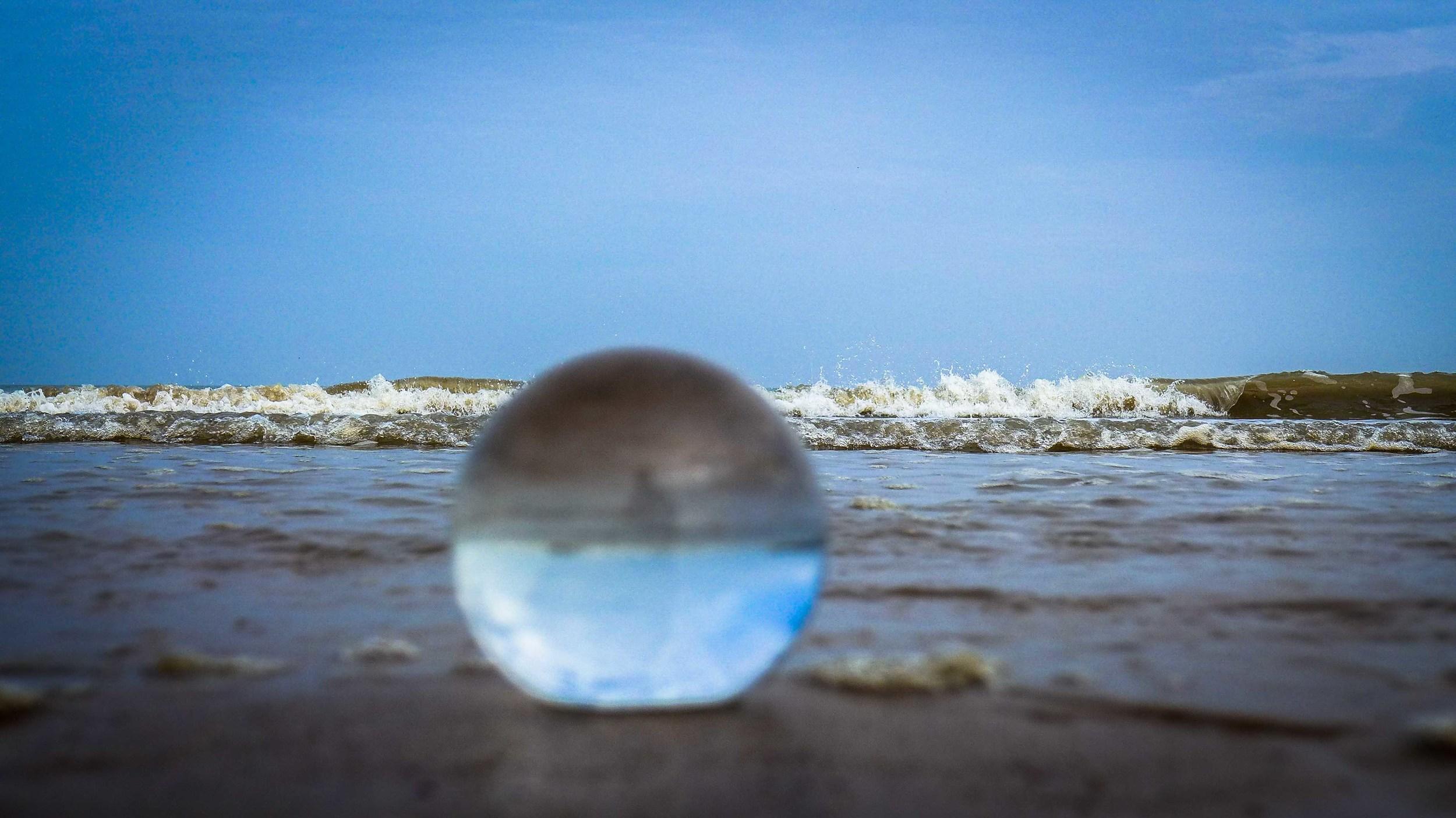 Viewfinder-kristallen-bol-eigenzinnige-fotografie-strand-golfbreker-6