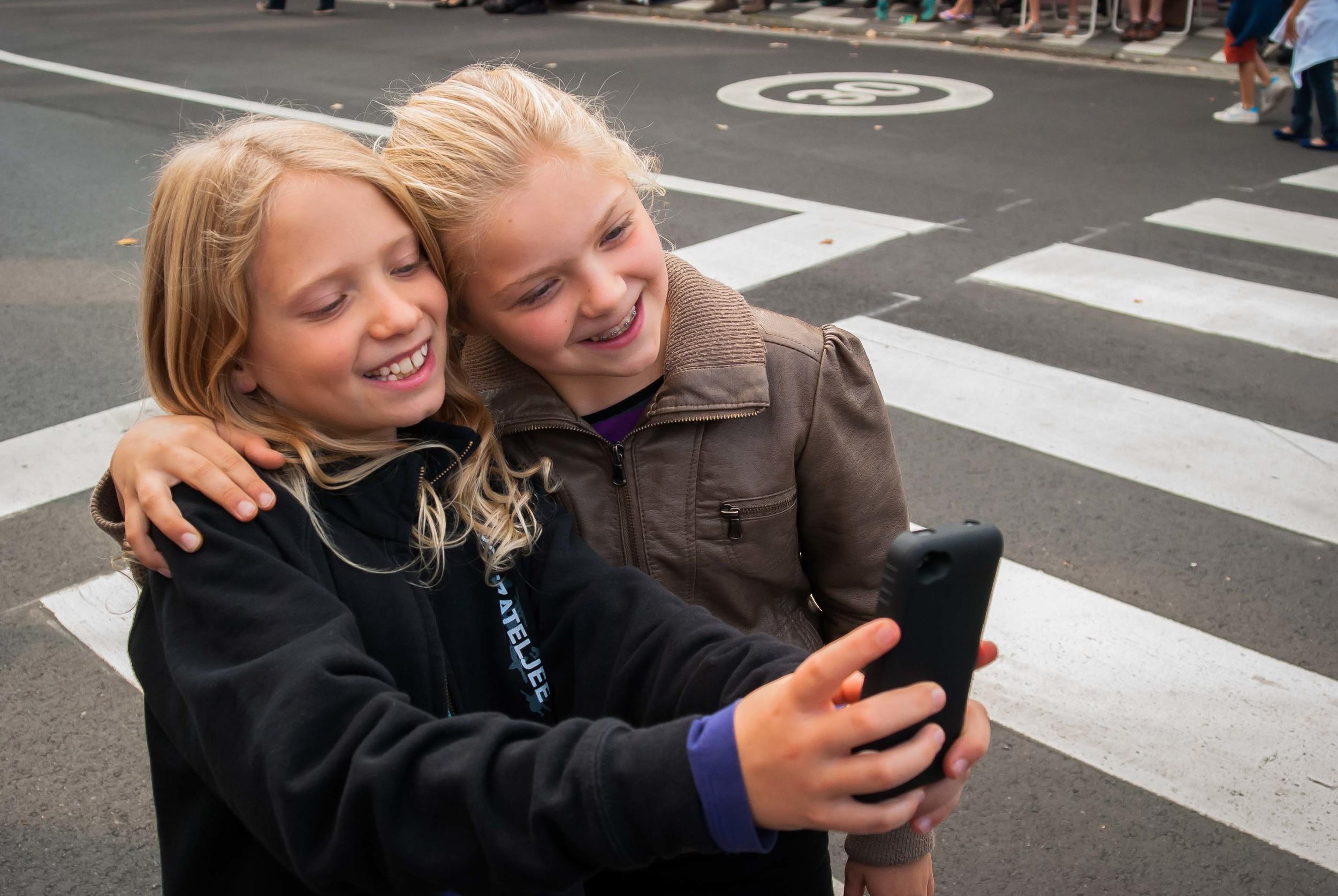 Laura en Ninte nemen een selfie tijdens de Geitestoet van Wilrijk 2015