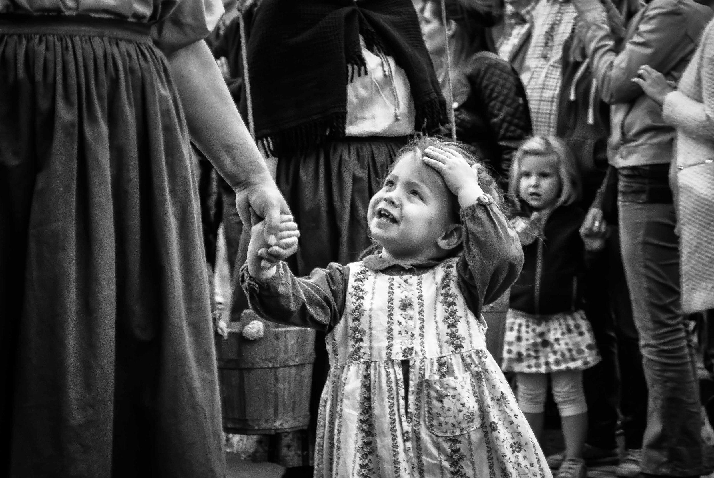 Hand-in-hand met mama (?) In ieder geval was dit kleine meisje veel aan het babbelen en vragen aan het stellen.
