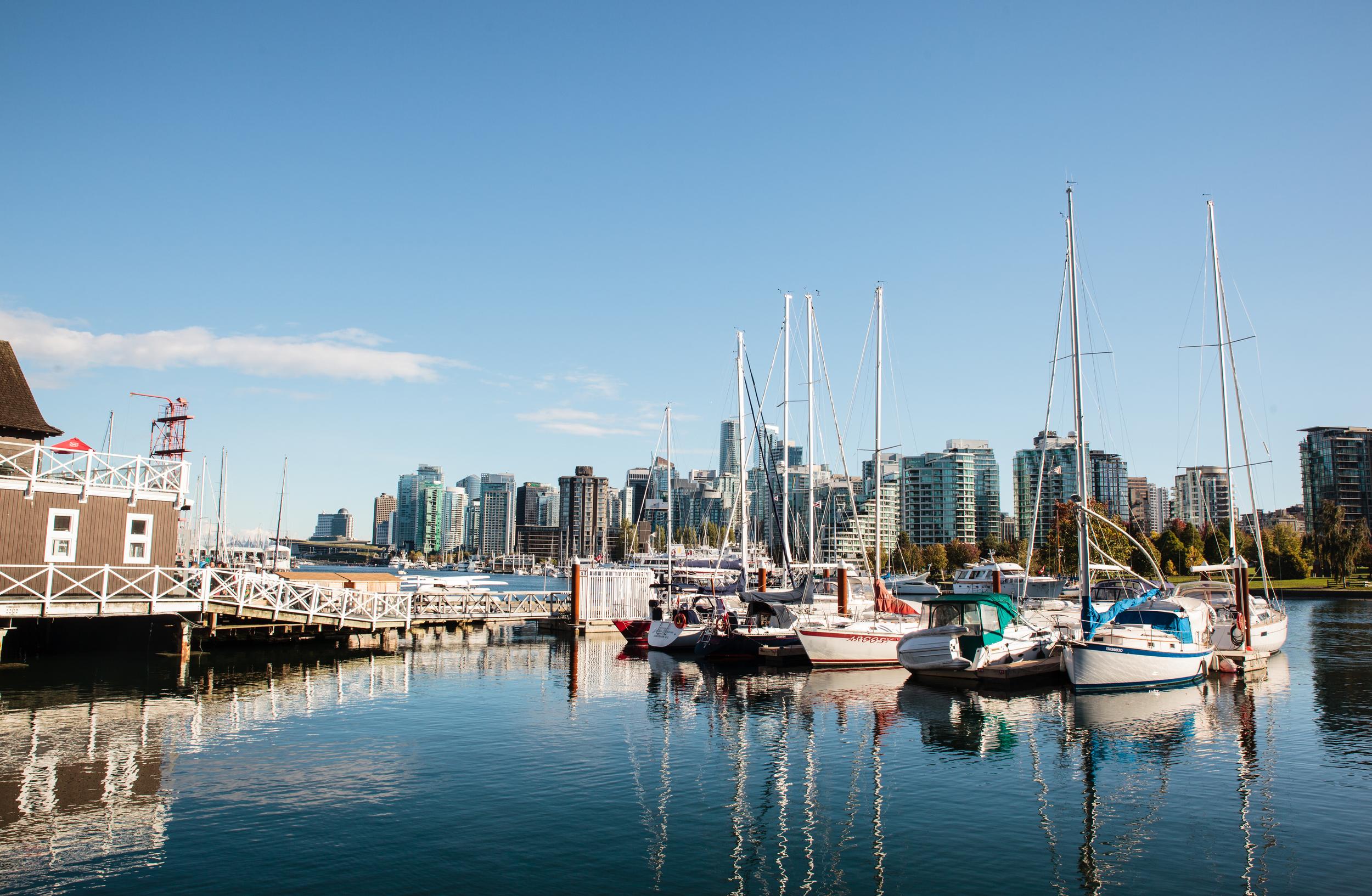 De zee omringt Vancouver. Zoals een moeder haar jongen. De Vancouverites hebben er dan ook een speciale band mee. Hier rusten de jachten in de Coal Harbour.