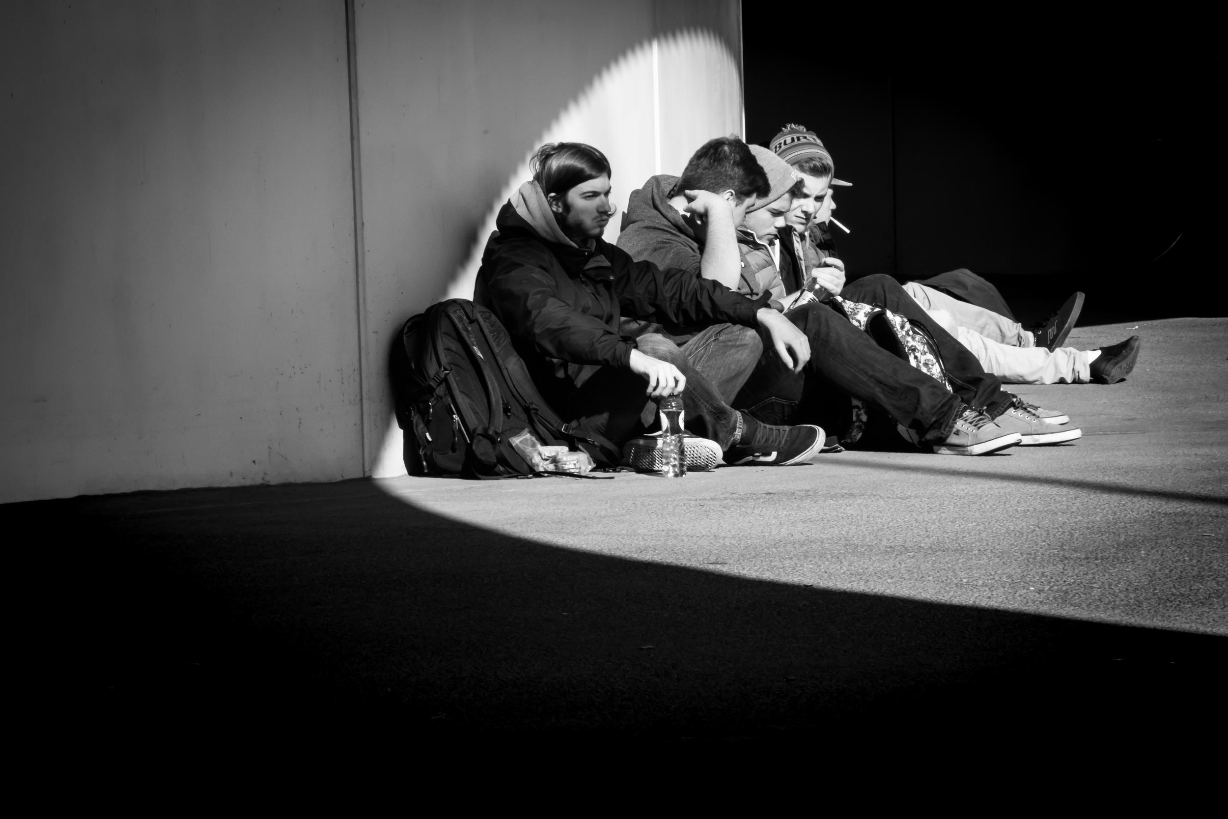Straatfotografie - Jongeren genieten van hun lunch tijdens één van de zonnige nazomerdagen aan het station van Brugge.