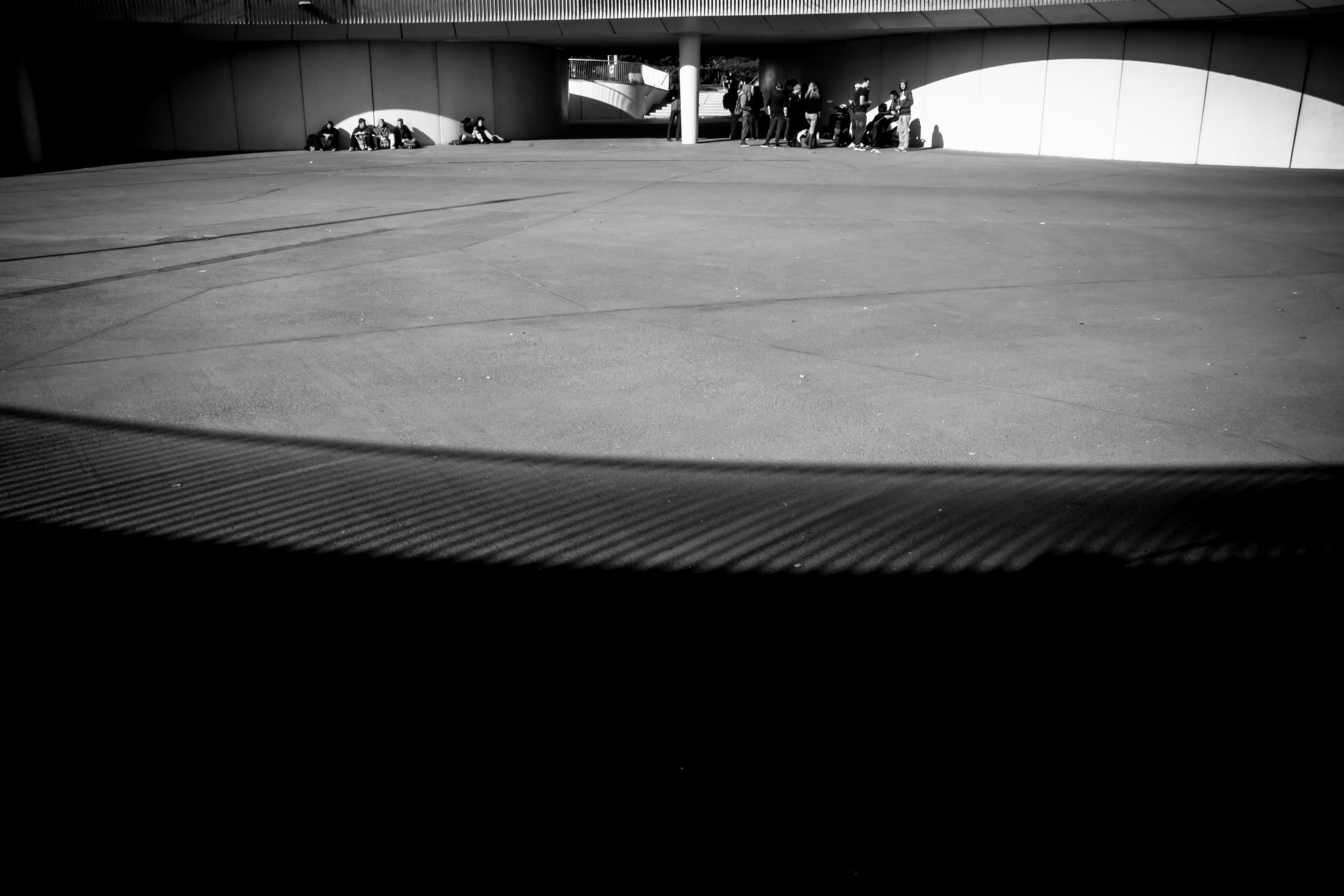 Straatfotografie - Jongeren op het stationsplein van Brugge.