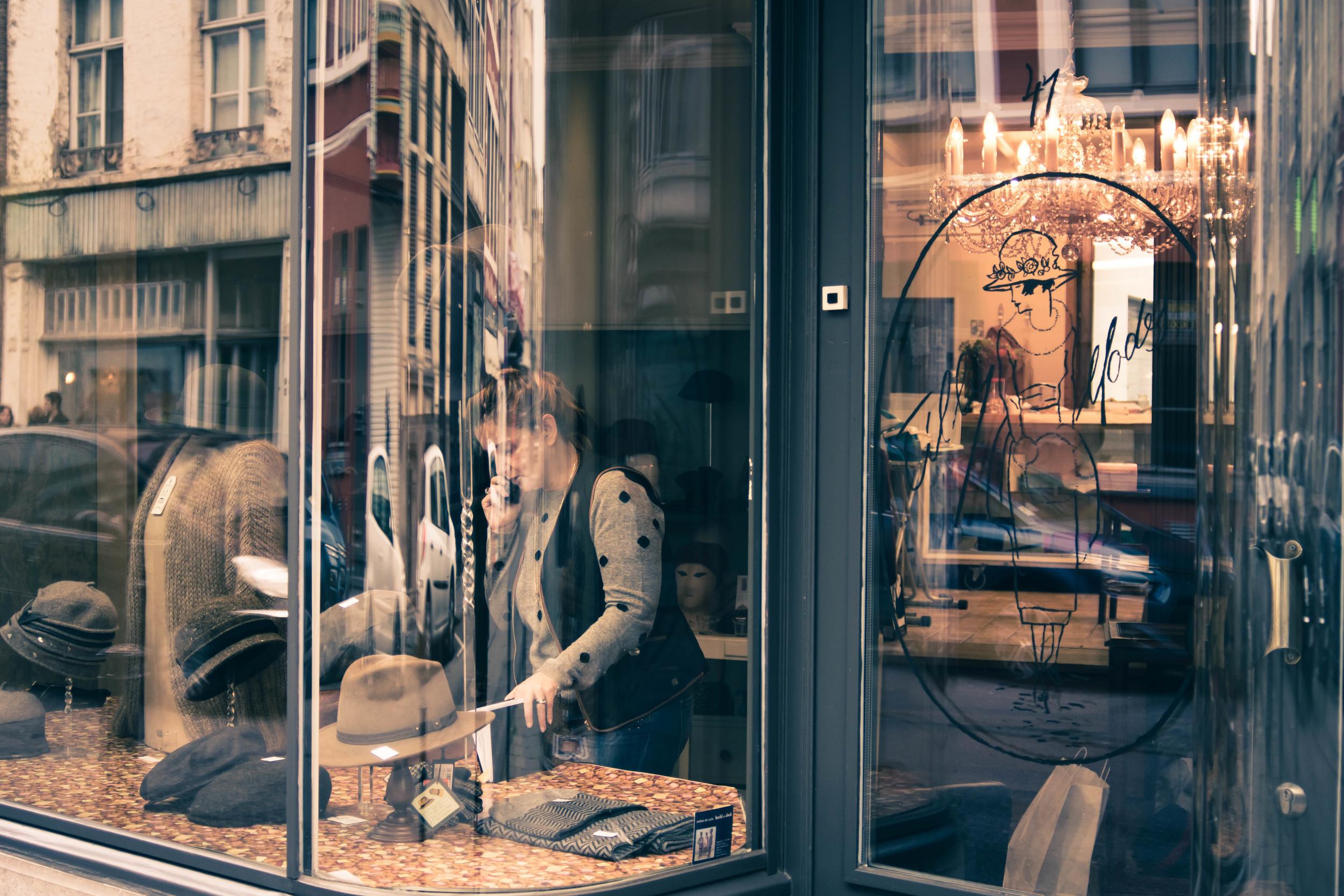 Deze hoedenwinkel vind je terug in de Lange Violettestraat in Gent. Thema straatfotografie.