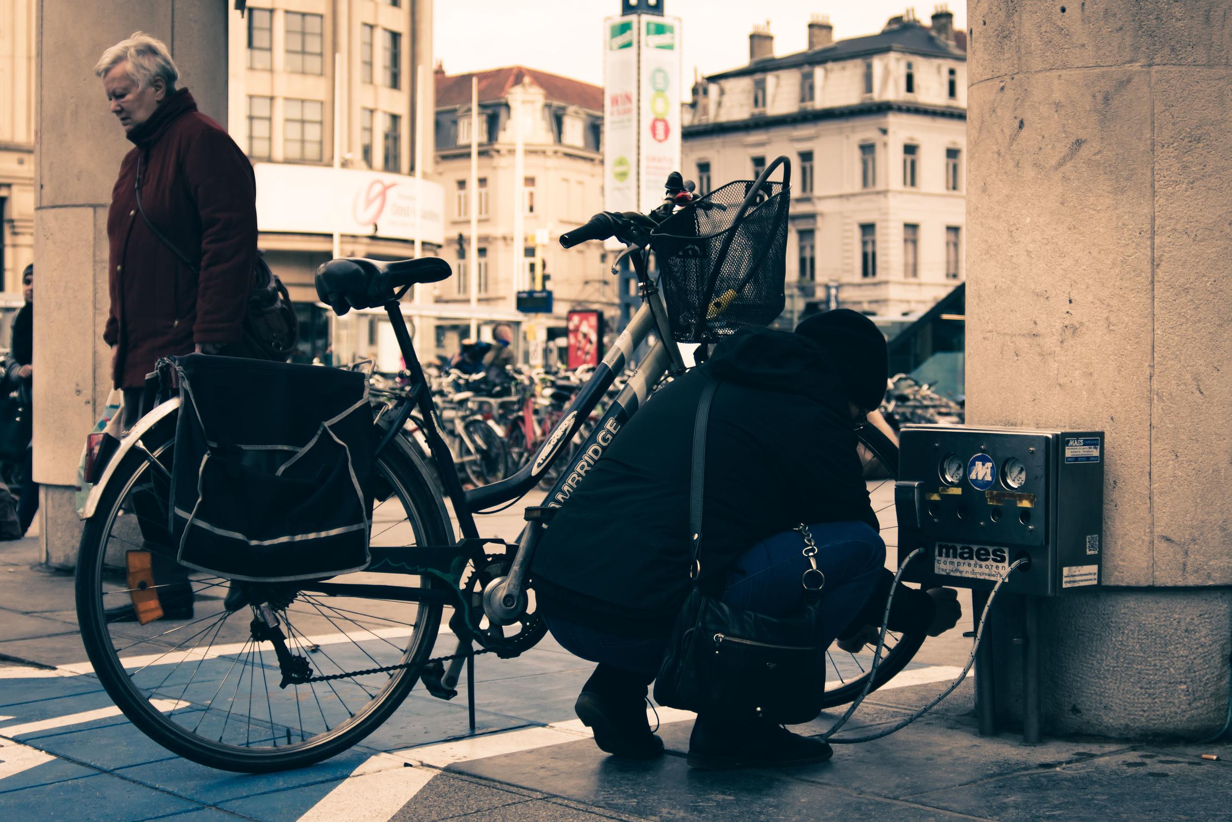 Gratis jouw fietsbanden oppompen in Gent? Het kan aan de bibliotheek. Straatfotografie in Gent