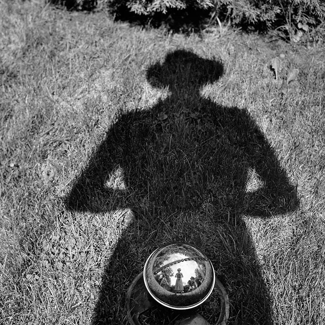 vivian maier zelf portret kristallen bol.jpg