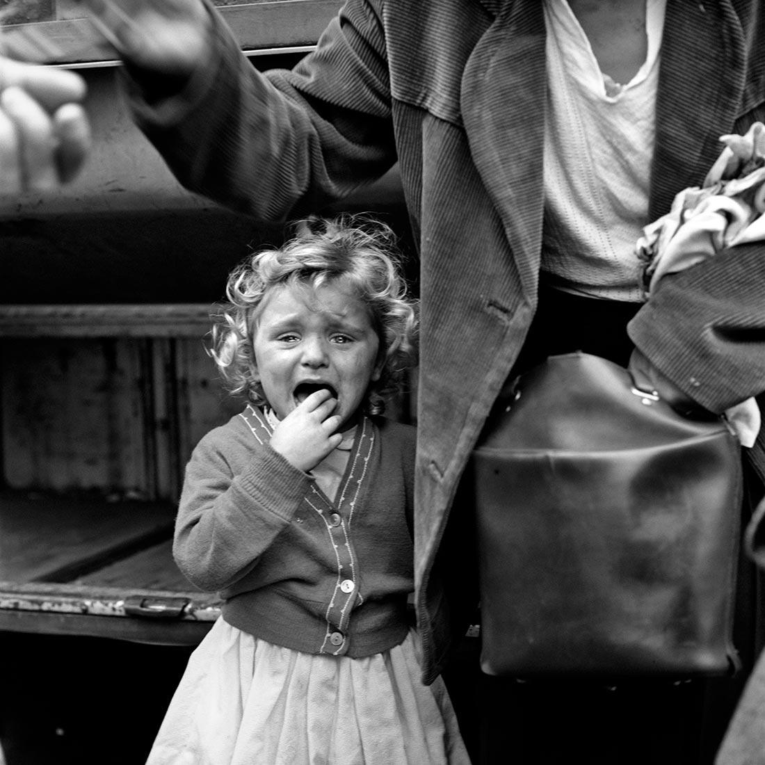 Viewfinder-Vivian-Maier wenend kind geitestoet.jpg