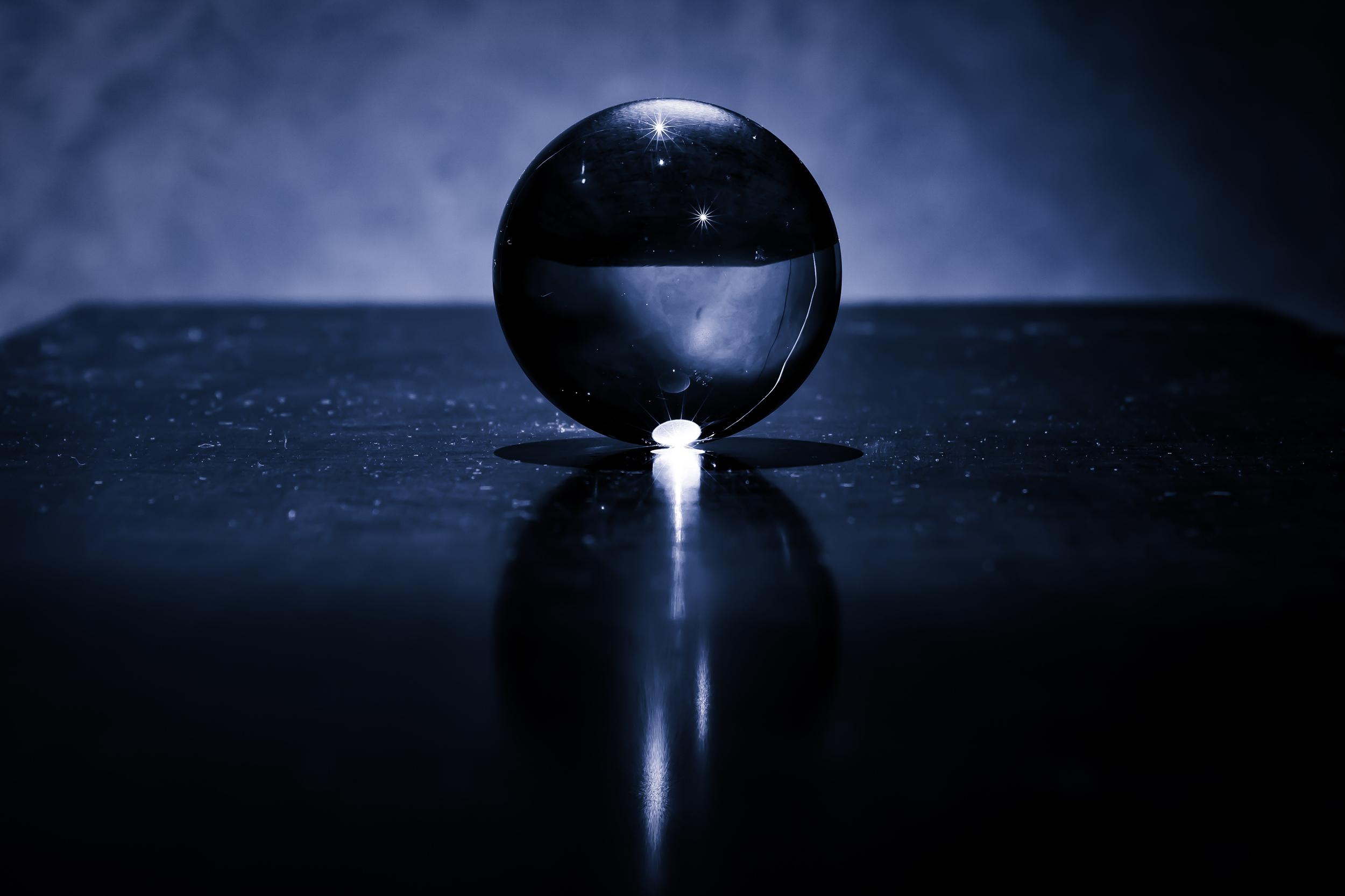 Viewfinder-kristallen-bol-eigenzinnige-fotografie-maan-heelal-geheel