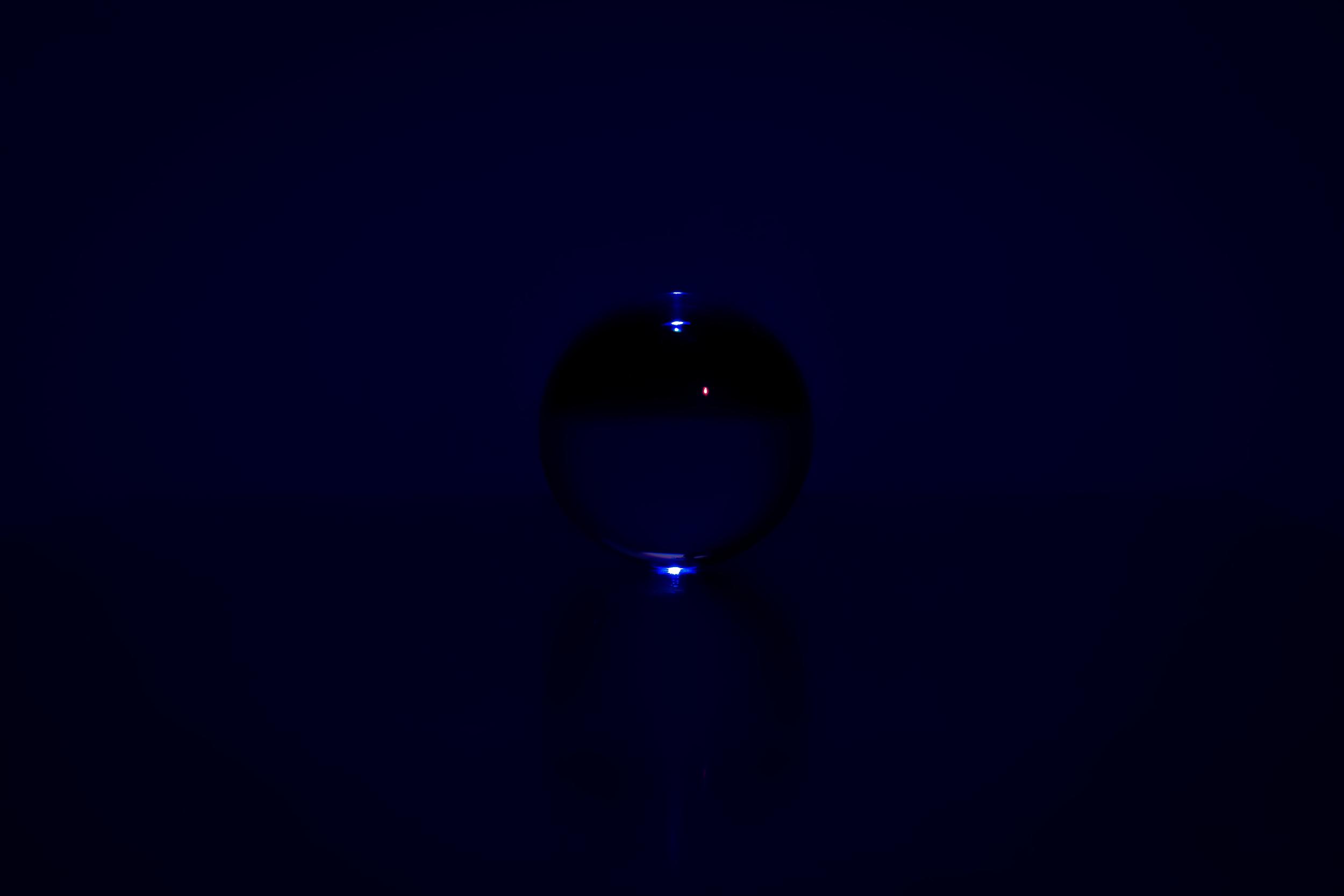 Viewfinder-kristallen-bol-eigenzinnigie-fotografie-deep-blue-sky
