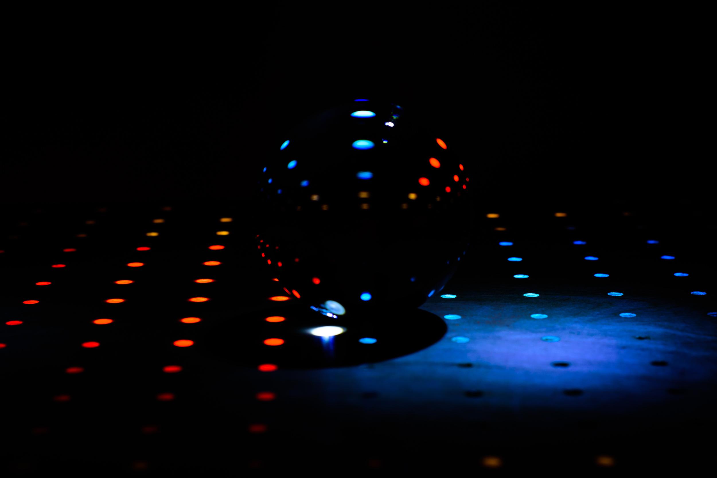 Breng de spotlight op de dansvloer - disco met kristallen bol. Eigenzinnige fotografie.