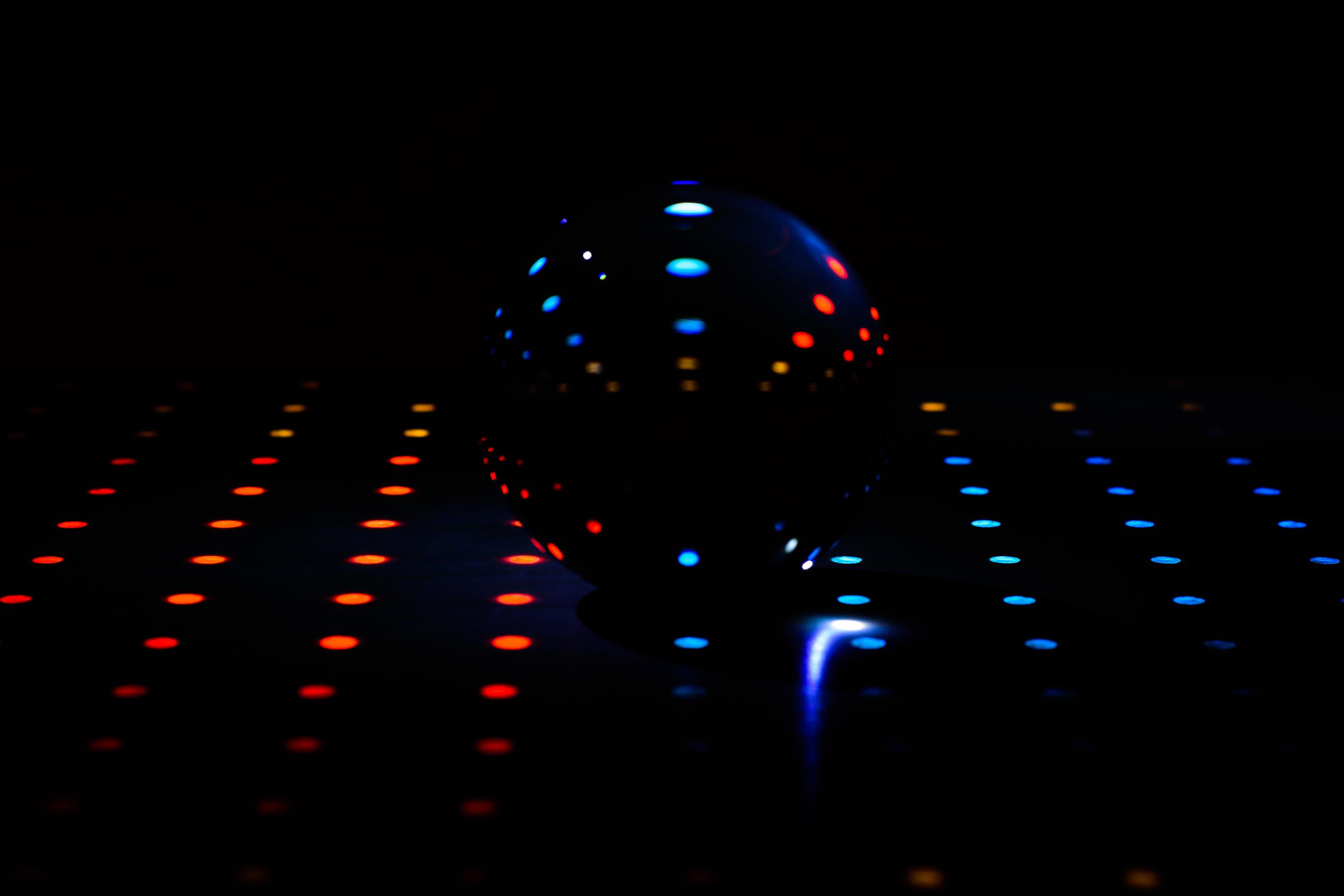 Je kan de discosfeer ook combineren met lightpainting met de kristallen bol als onderwerp binnen eigenzinnige fotografie.