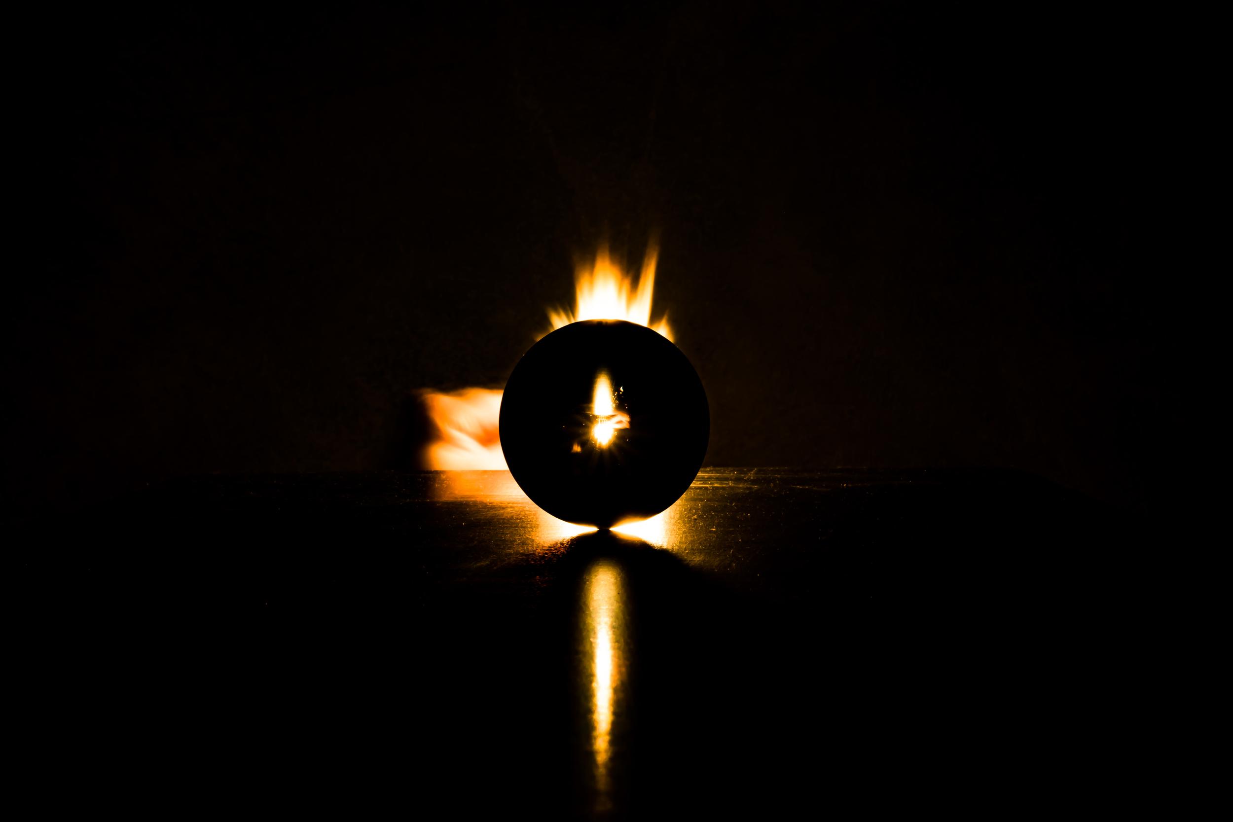 Viewfinder-spel-vuur-kristallen-bol-geheimzinnig-eigenzinnigie-fotografie-lucifer-achter-kristallen-bol