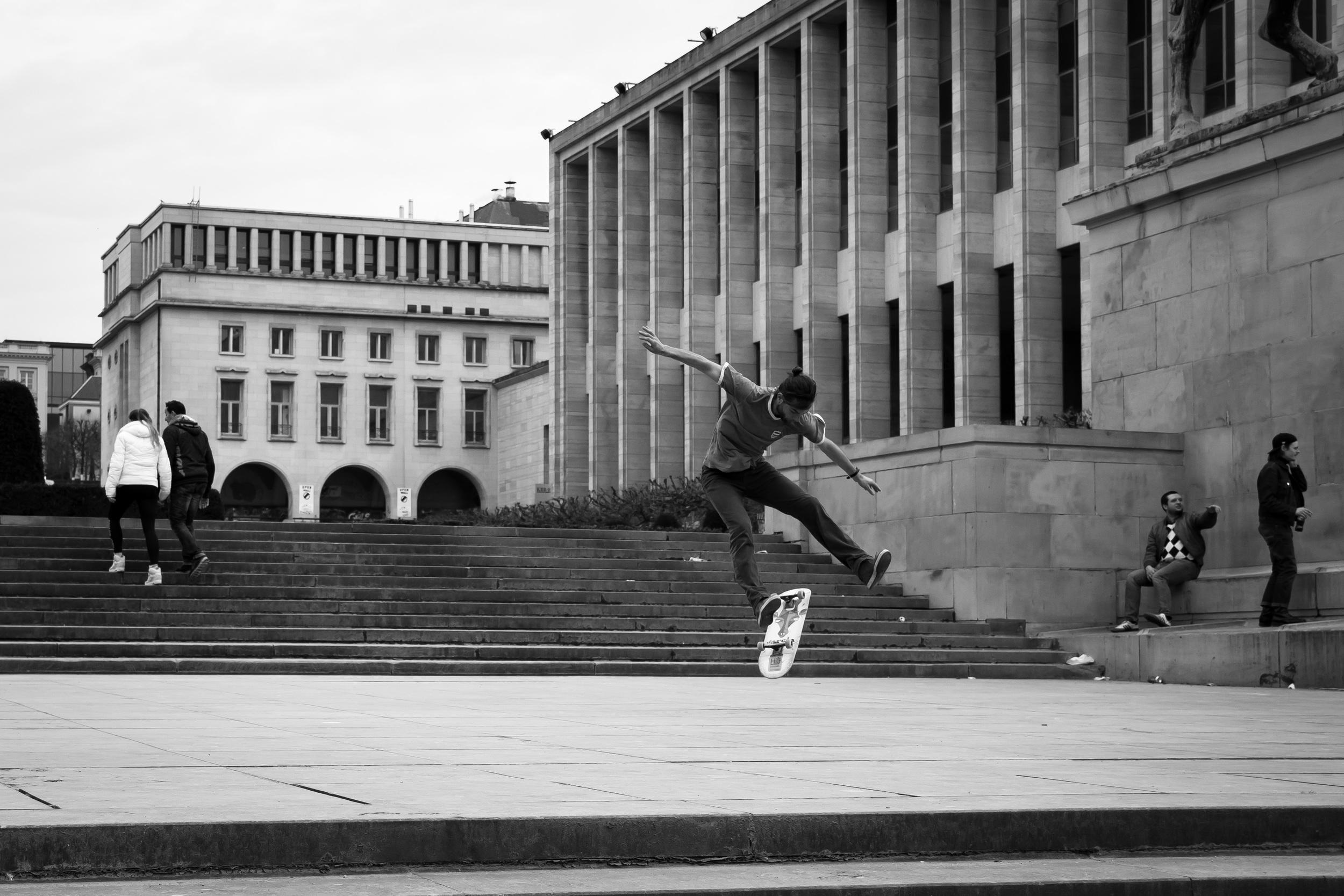 Jongens skaten in Brussel aan Mont des Art 2