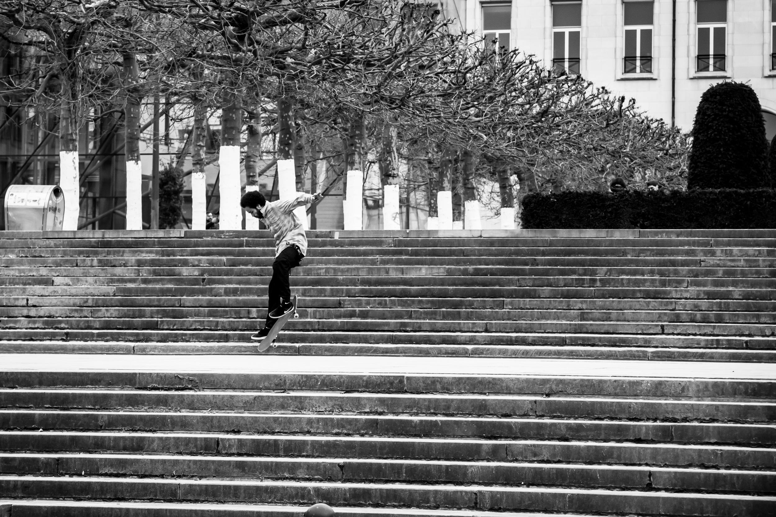 Jongens skaten in Brussel aan Mont des Art 1