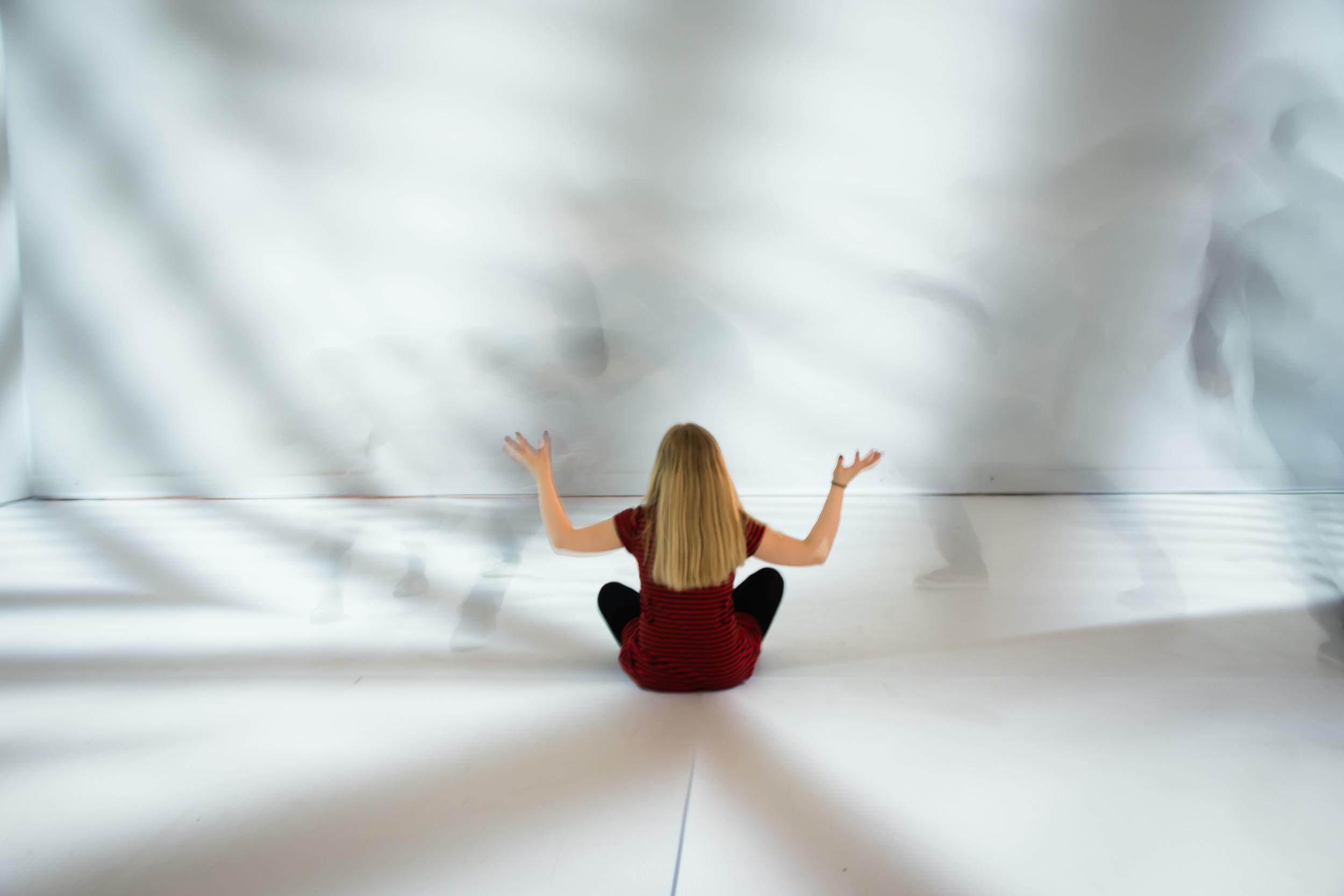 Ninte poseert in de multimedia kamer van Peter Kogler in Brussel - eigenzinnige fotografie