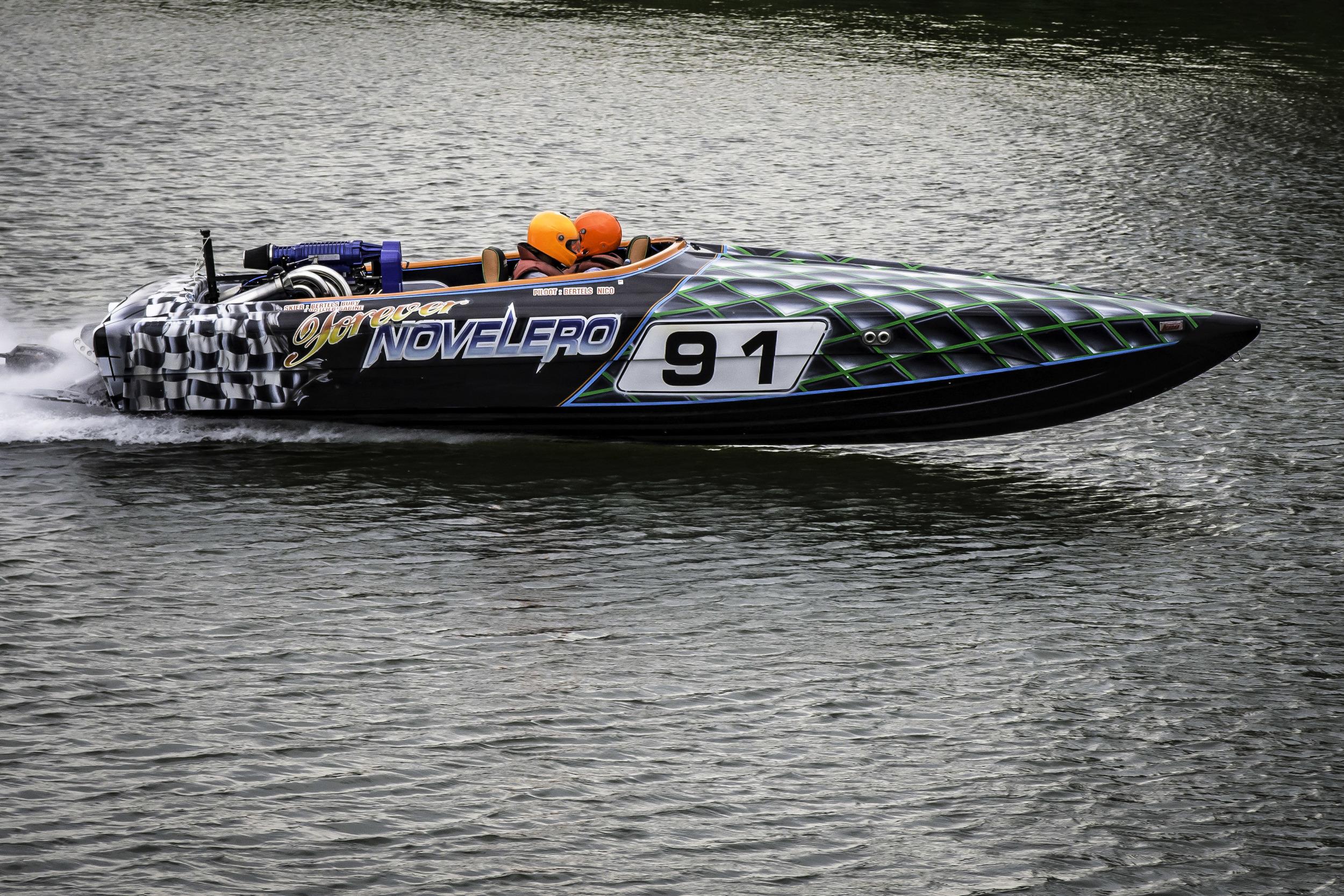 Het zou me niet verbazen dat deze speedboot en waterskiër het Belgisch kampioenschap waterski in Klein-Willebroek gewonnen hebben. Wat een power!