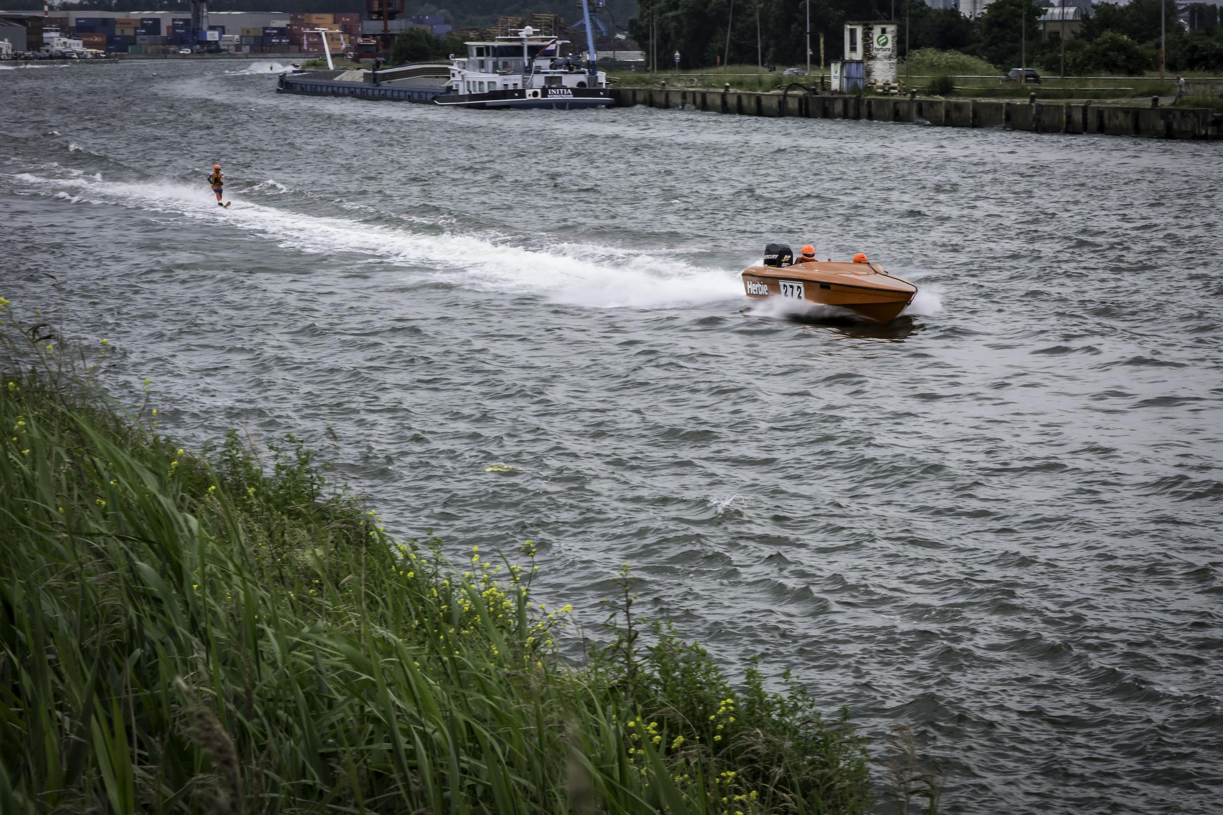 Waterskiërs komen met een ongelooflijke snelheid voorbij gezoefd in het kanaal te Klein-Willebroek.