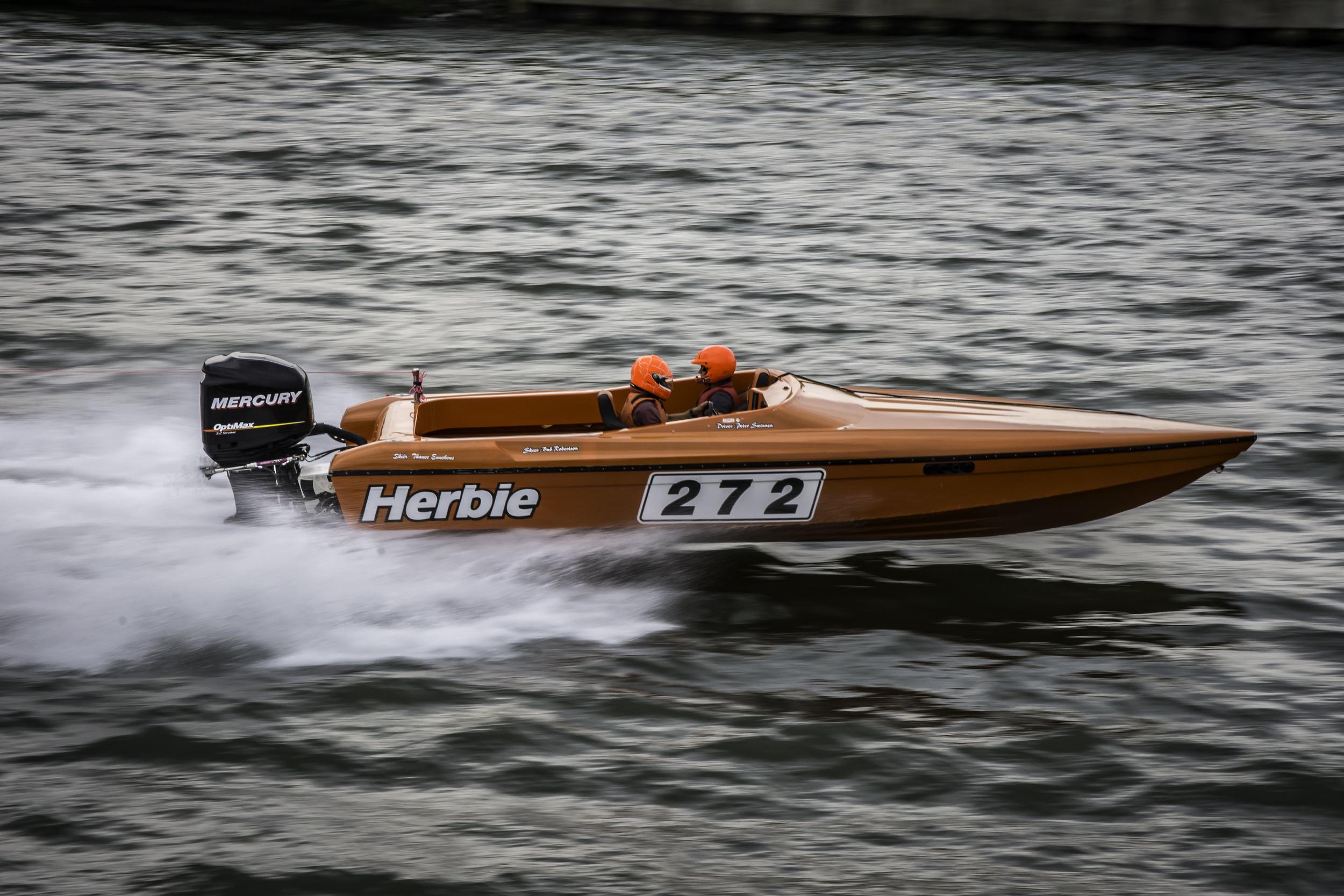 Wie denkt bij deze oranje speedboot niet aan de witte Volkswagen...?