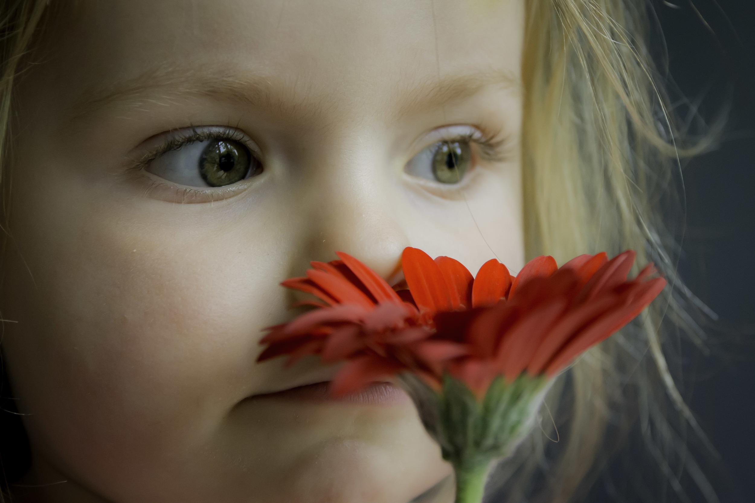 Met een rode bloem in de hand naar buiten dromen.
