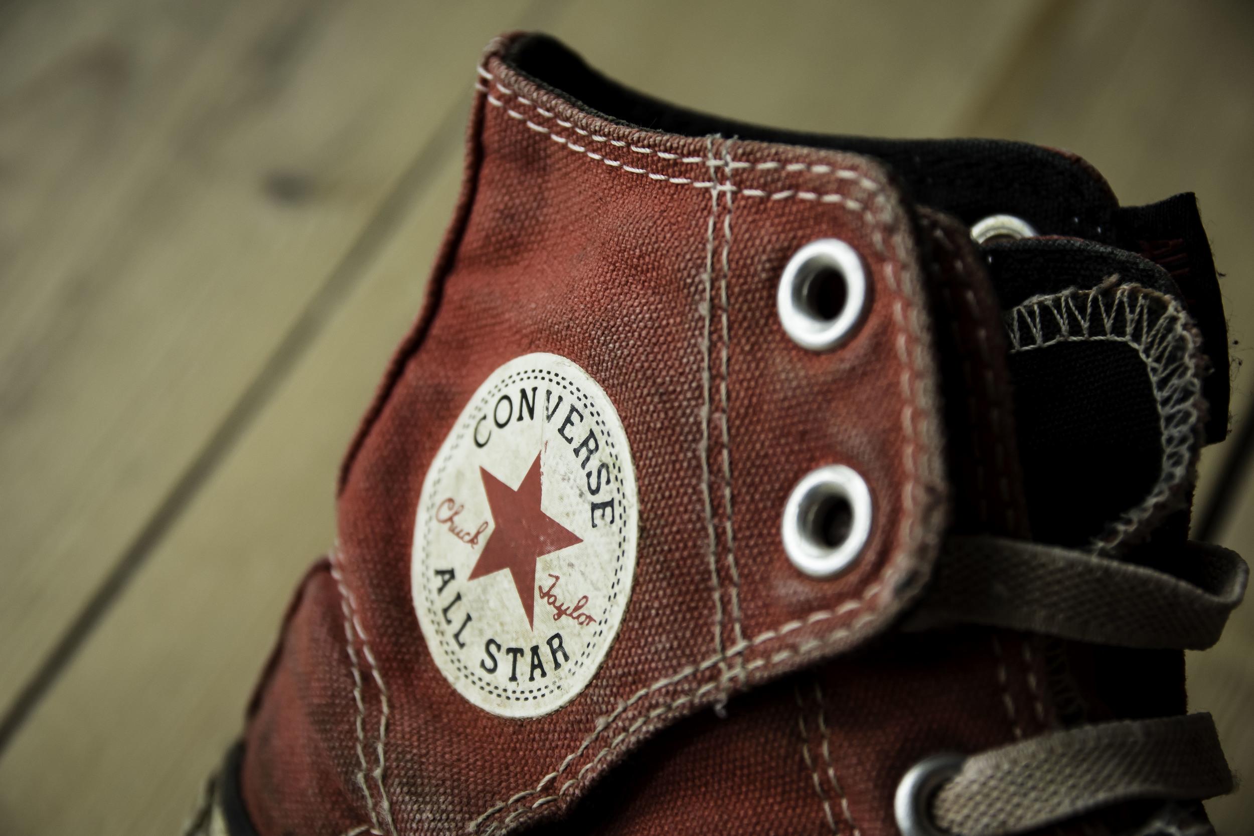 Zelfs een oude sneaker geeft een mooi retro rode kleur.