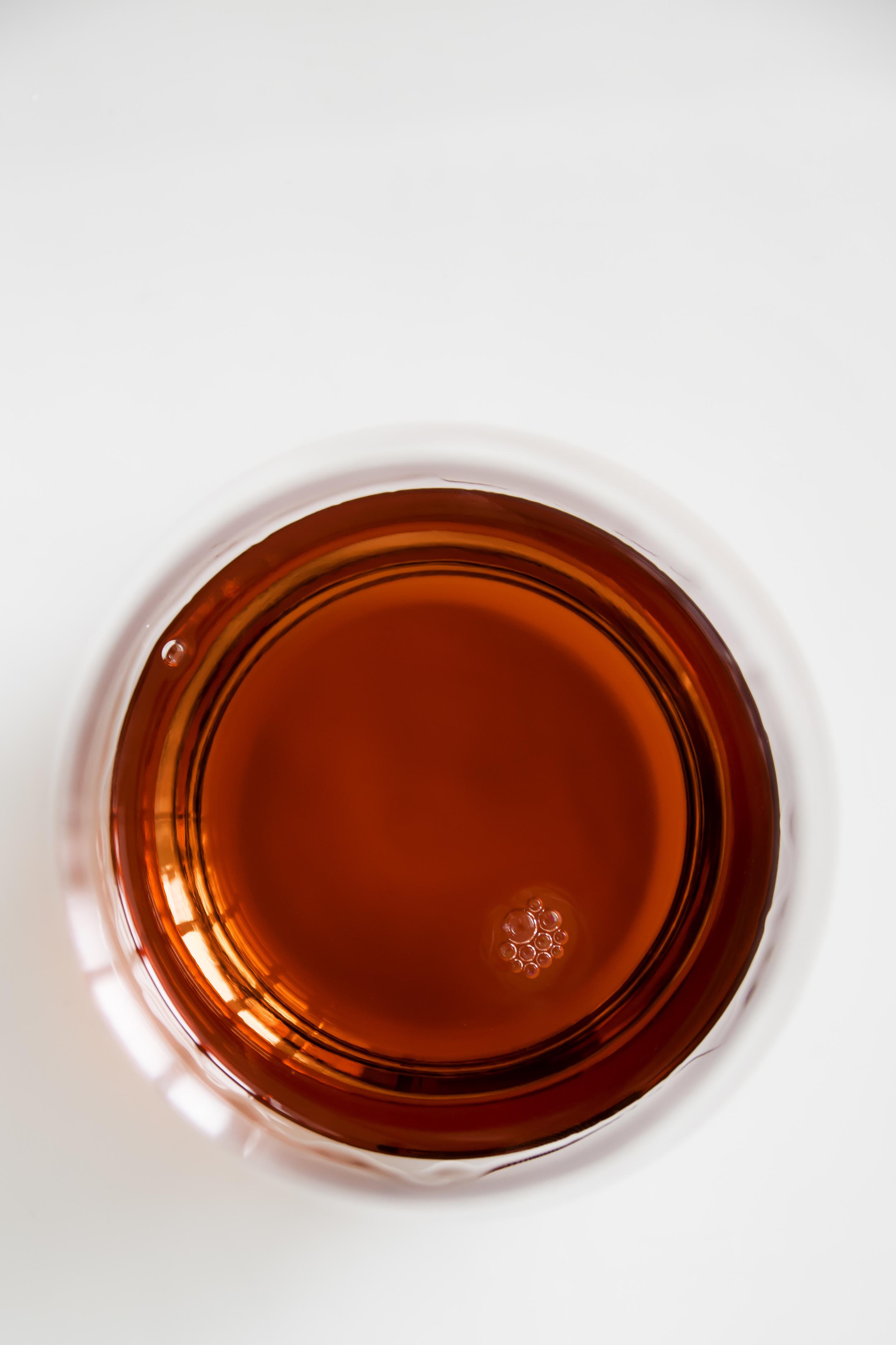 Hetzelfde glas Campari van bovenaf gefotografeerd. Let op het kleine trosje bubbeltjes.