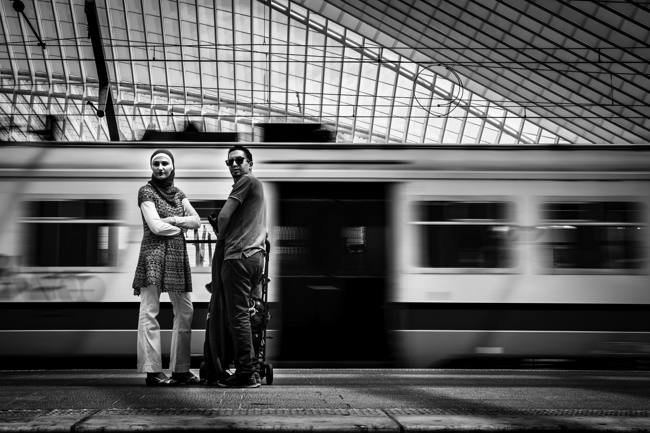 Viewfinder--straatfotografie-station-gare-guillemins-luik-mensen-trage-sluitertijd-brengt-dynamiek-eigenzinnige-fotografie