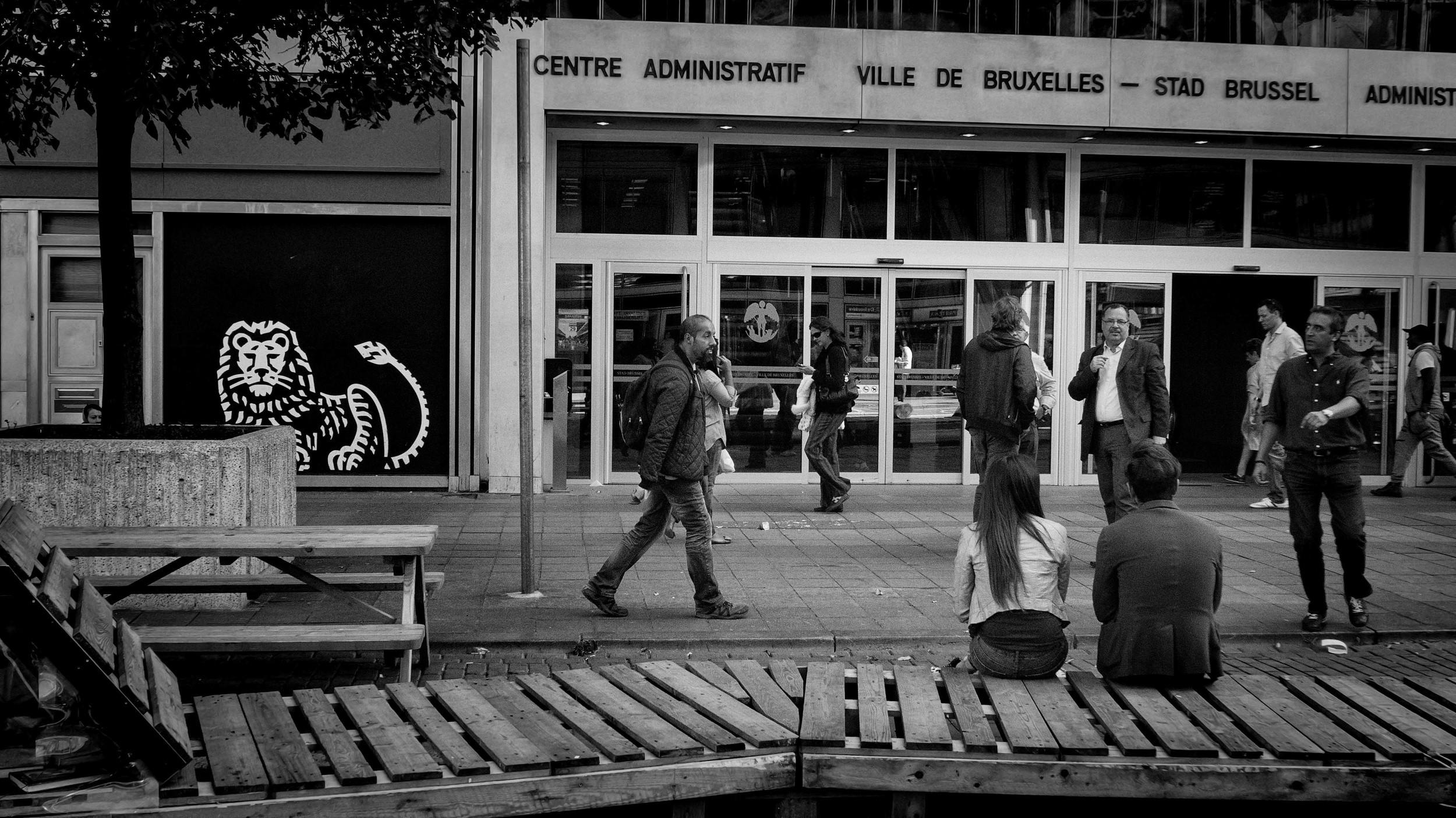 Viewfinder-straatfotografie-Brussel-eigenzinnige-fotografie-Anspachlaan-en-omgeving-man-met-uitleg