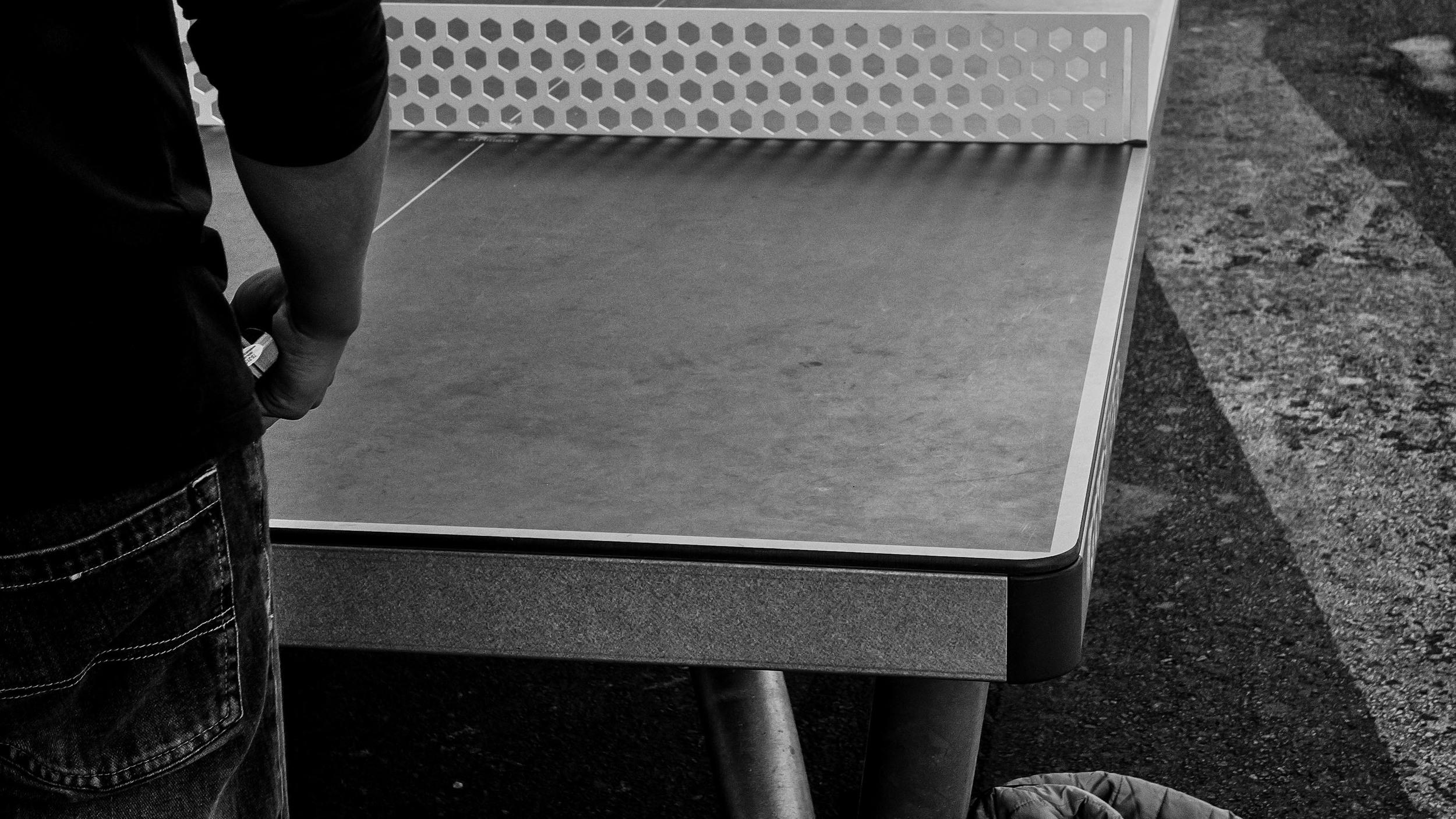 Viewfinder-straatfotografie-Brussel-eigenzinnige-fotografie-Anspachlaan-en-omgeving-pingpongspel-Anspachlaan