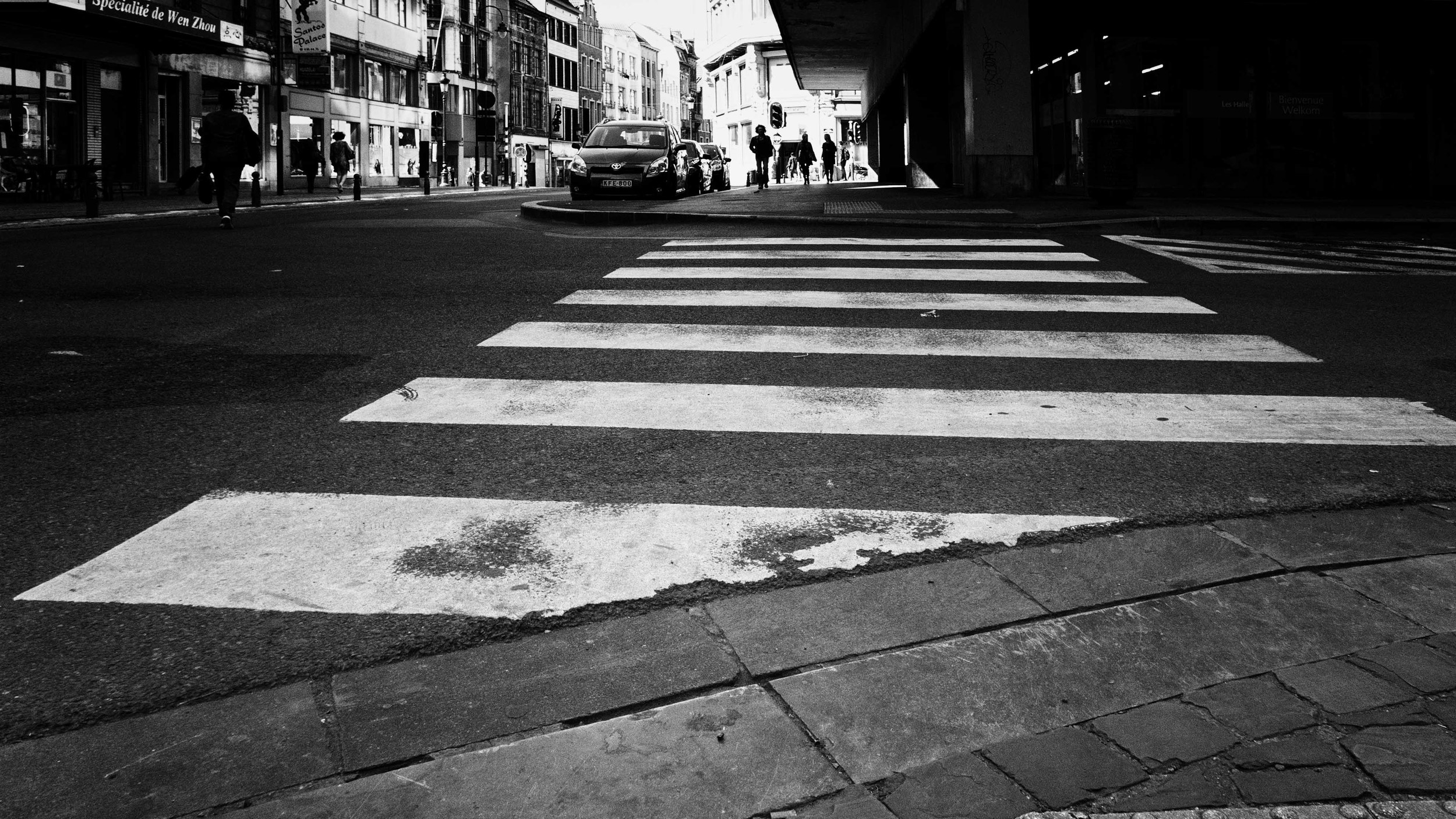 Viewfinder-straatfotografie-Brussel-eigenzinnige-fotografie-Anspachlaan-en-omgeving-ook-bij-kikvorsperscpetief-lukt-straatfotografie-in-Brussel