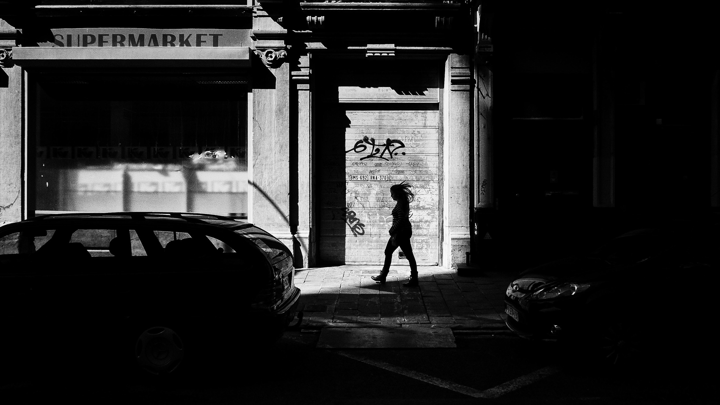 Viewfinder-straatfotografie-Brussel-eigenzinnige-fotografie-Anspachlaan-en-omgeving-meisje-in-schaduw