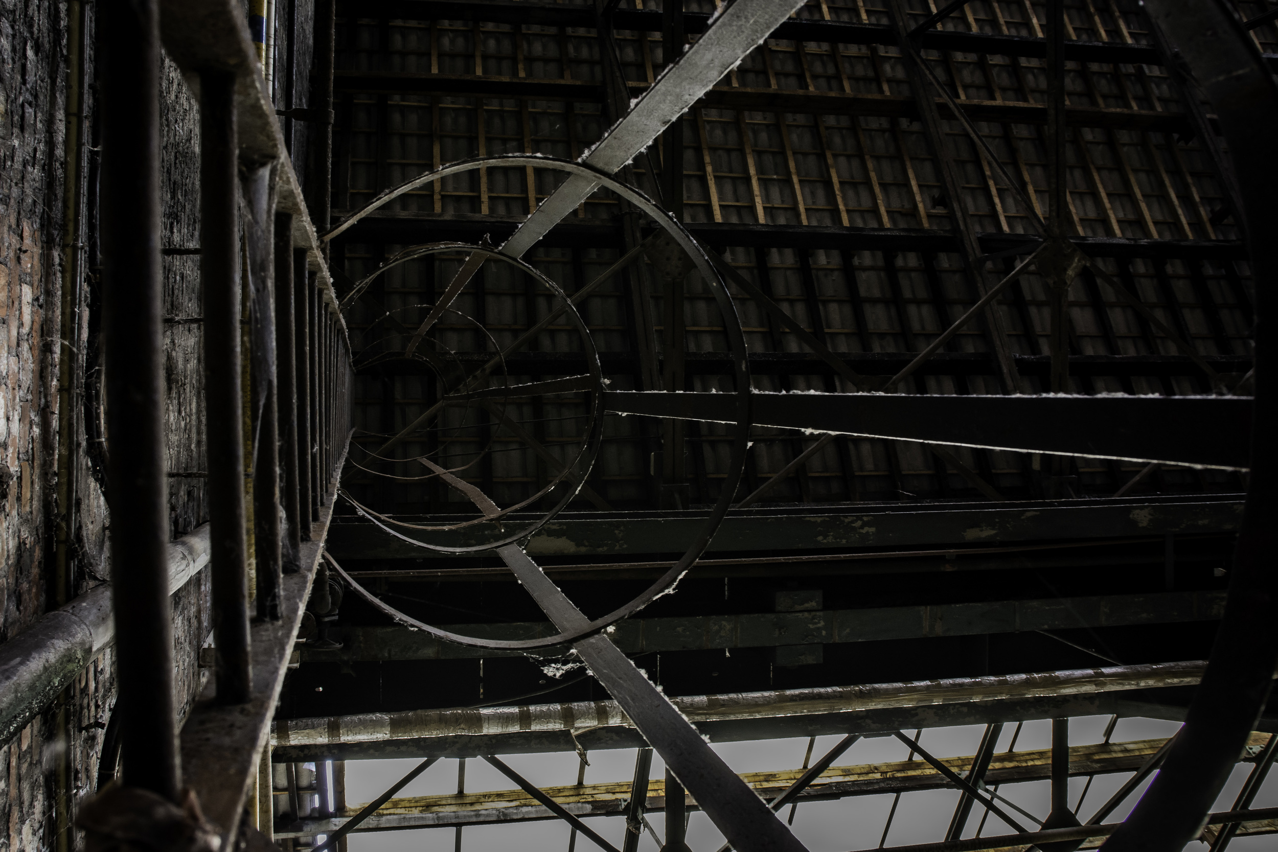 viewfinder-eigenzinnige-fotografie-urbex-vergane-glorie-oude-papierfabriek-ladder-atelier