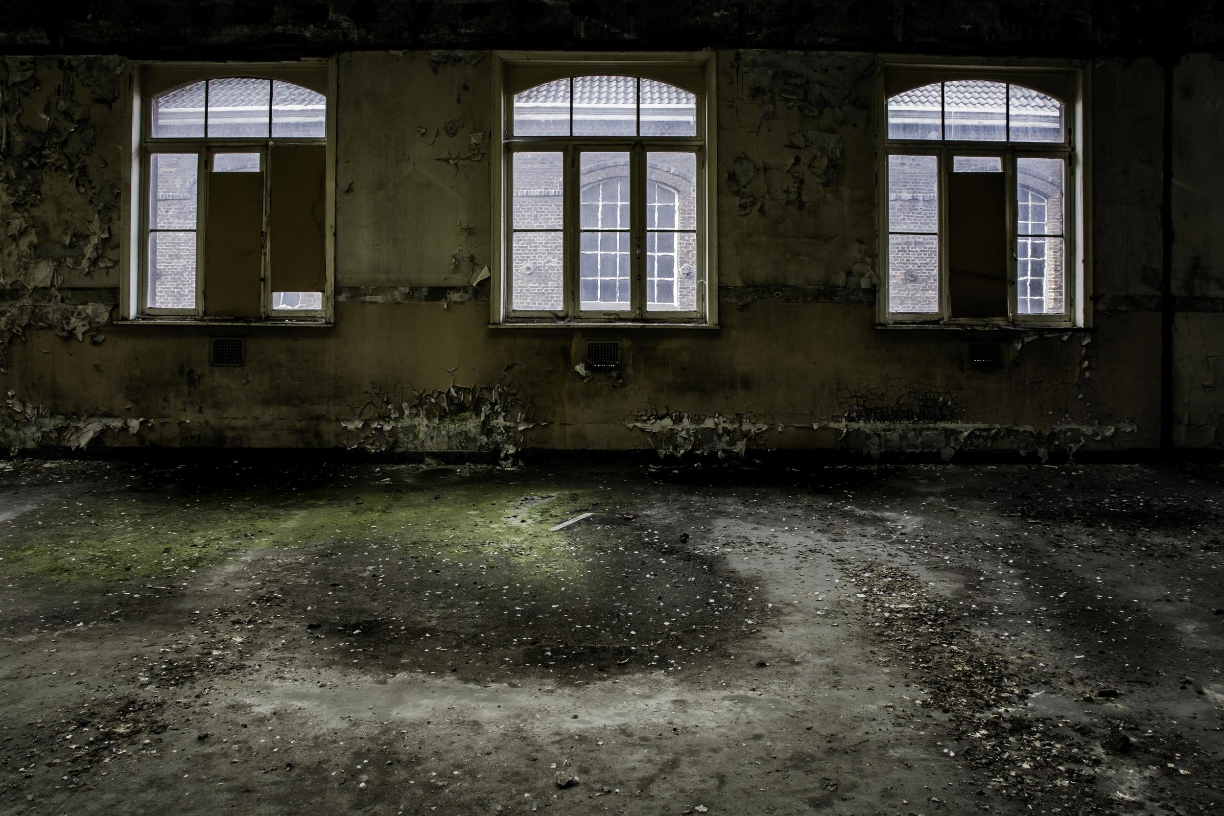 viewfinder-eigenzinnige-fotografie-urbex-vergane-glorie-oude-papierfabriek-raam-atelier-boven