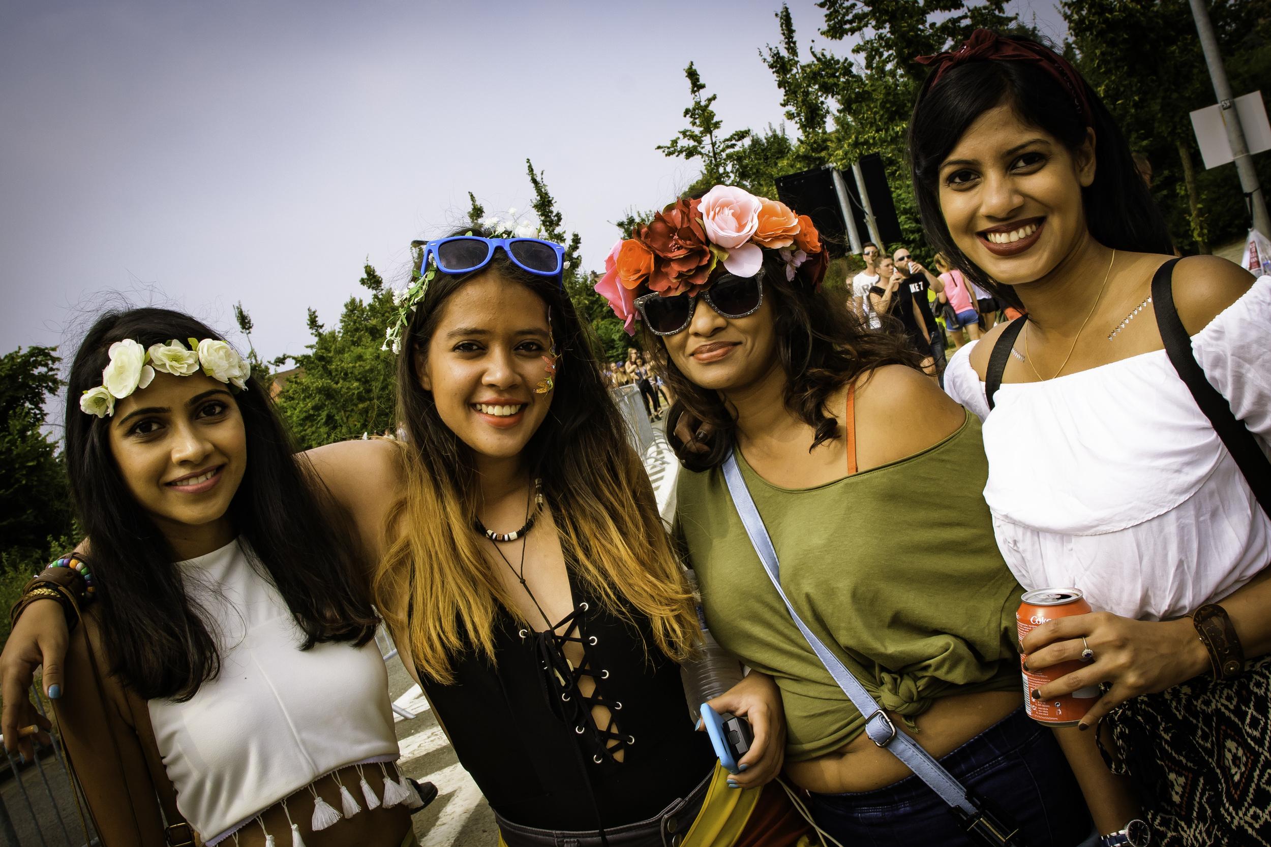 viewfinder-geen-eigenzinnige-fotografie-wel-snapshots-tomorrowland-themadness-2016-flowergirls-we-come-from-brasil