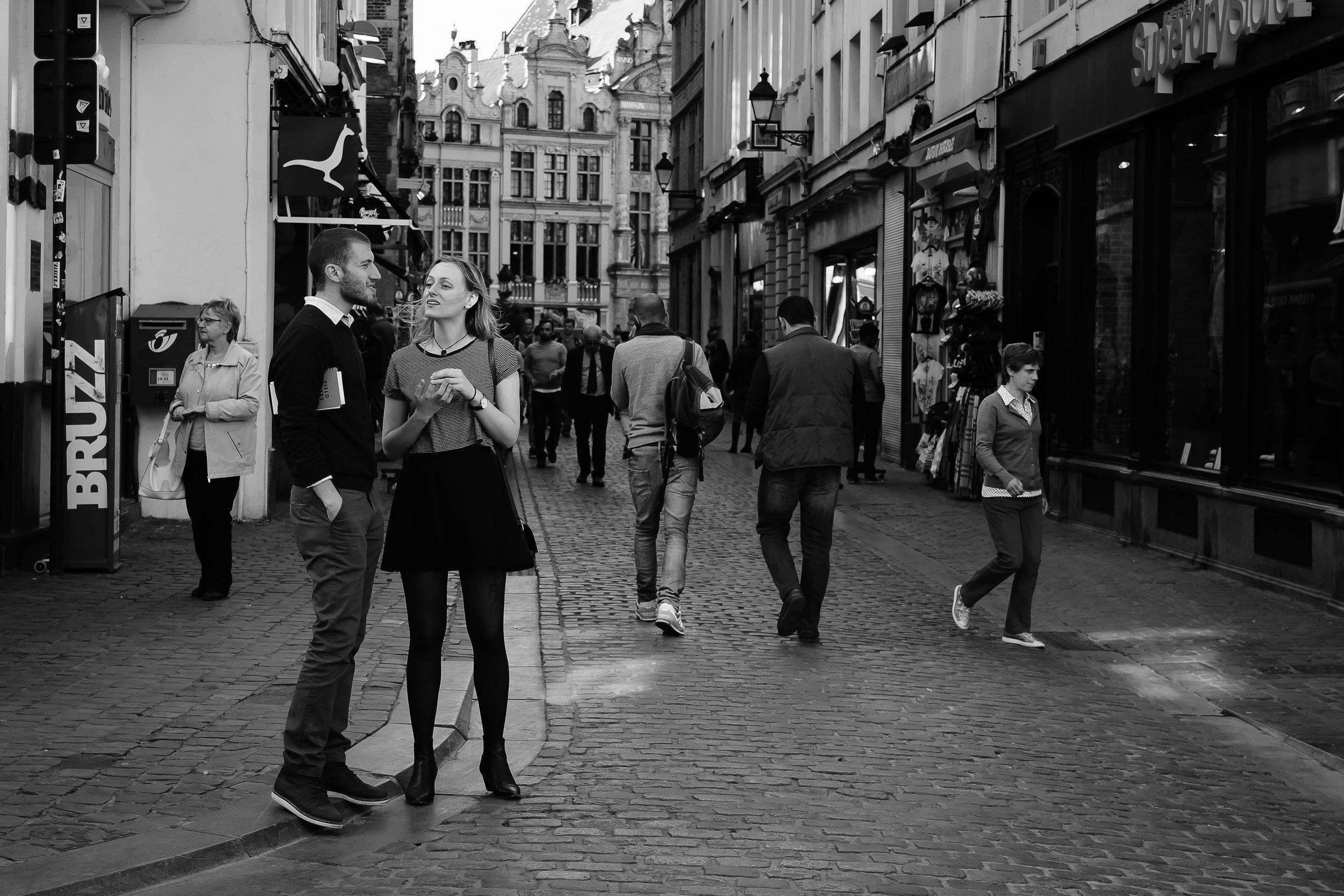 viewfinder-straatfotografie-brussel-jong-koppel-spreekt-verder-af