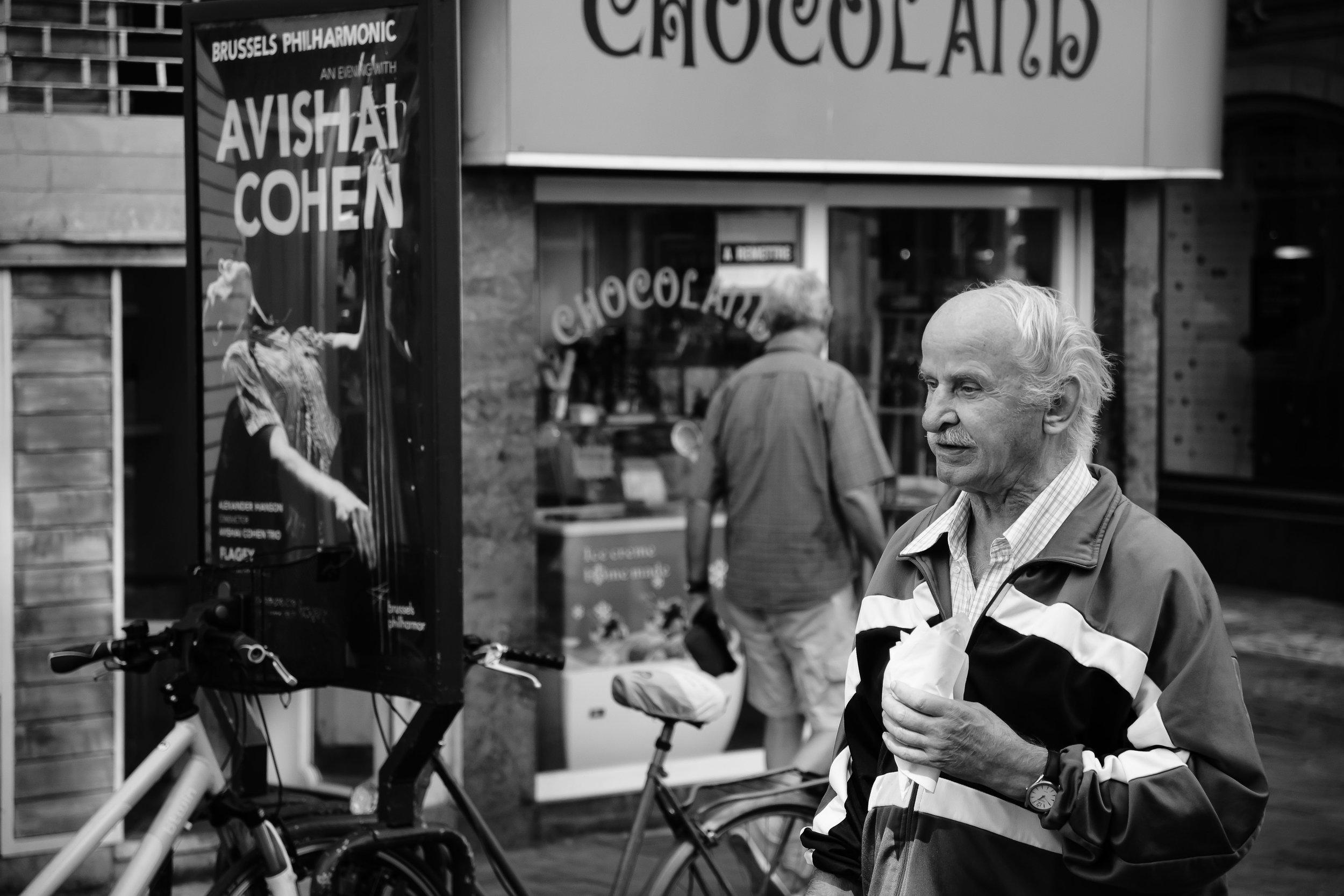 viewfinder-straatfotografie-brussel-oude-man-mijmert-droomt