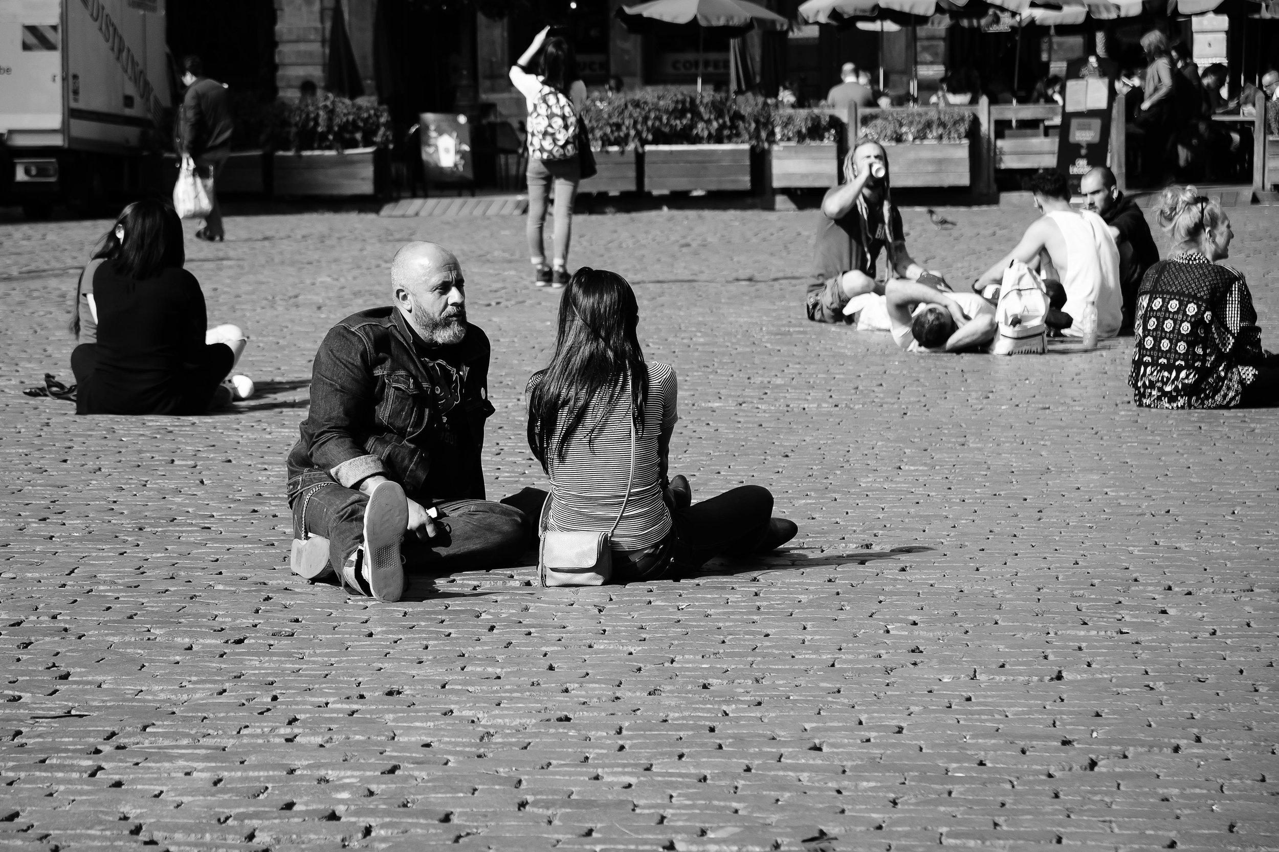 viewfinder-straatfotografie-brussel-koppel-geniet-herfstzon