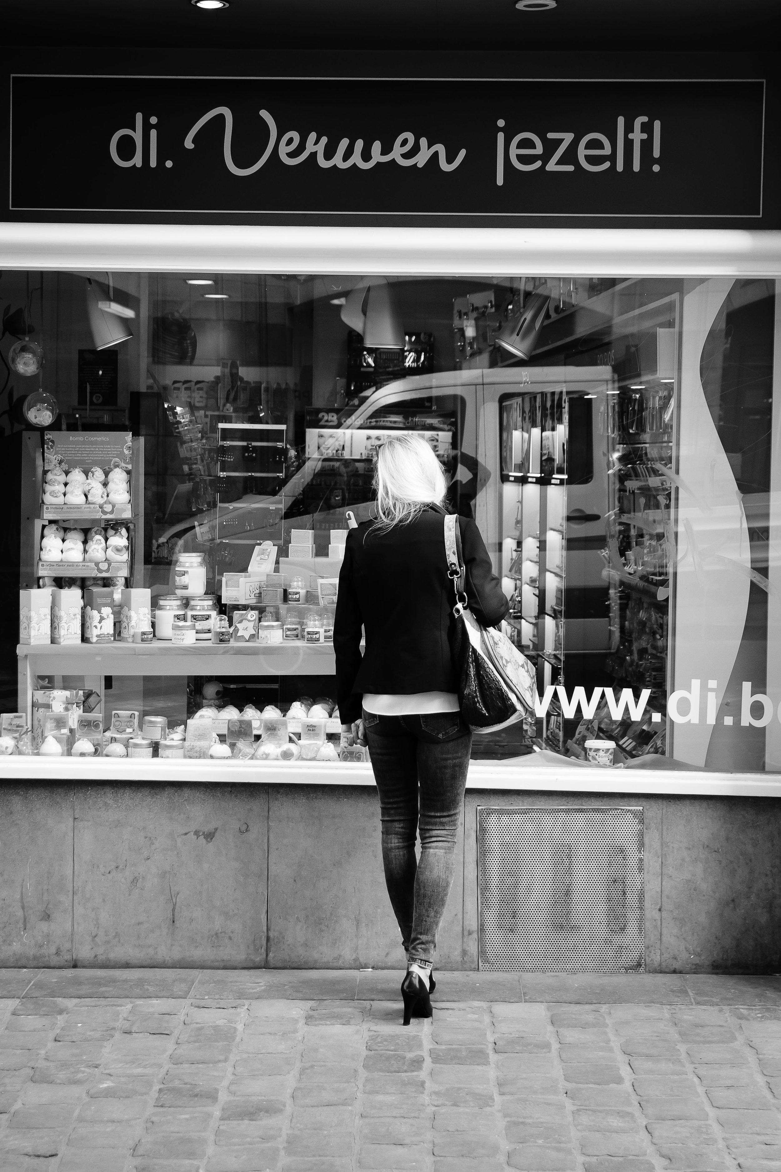 viewfinder-straatfotografie-brussel-vrouw-kiest-schoonheidsproducten-Di-drogisterij