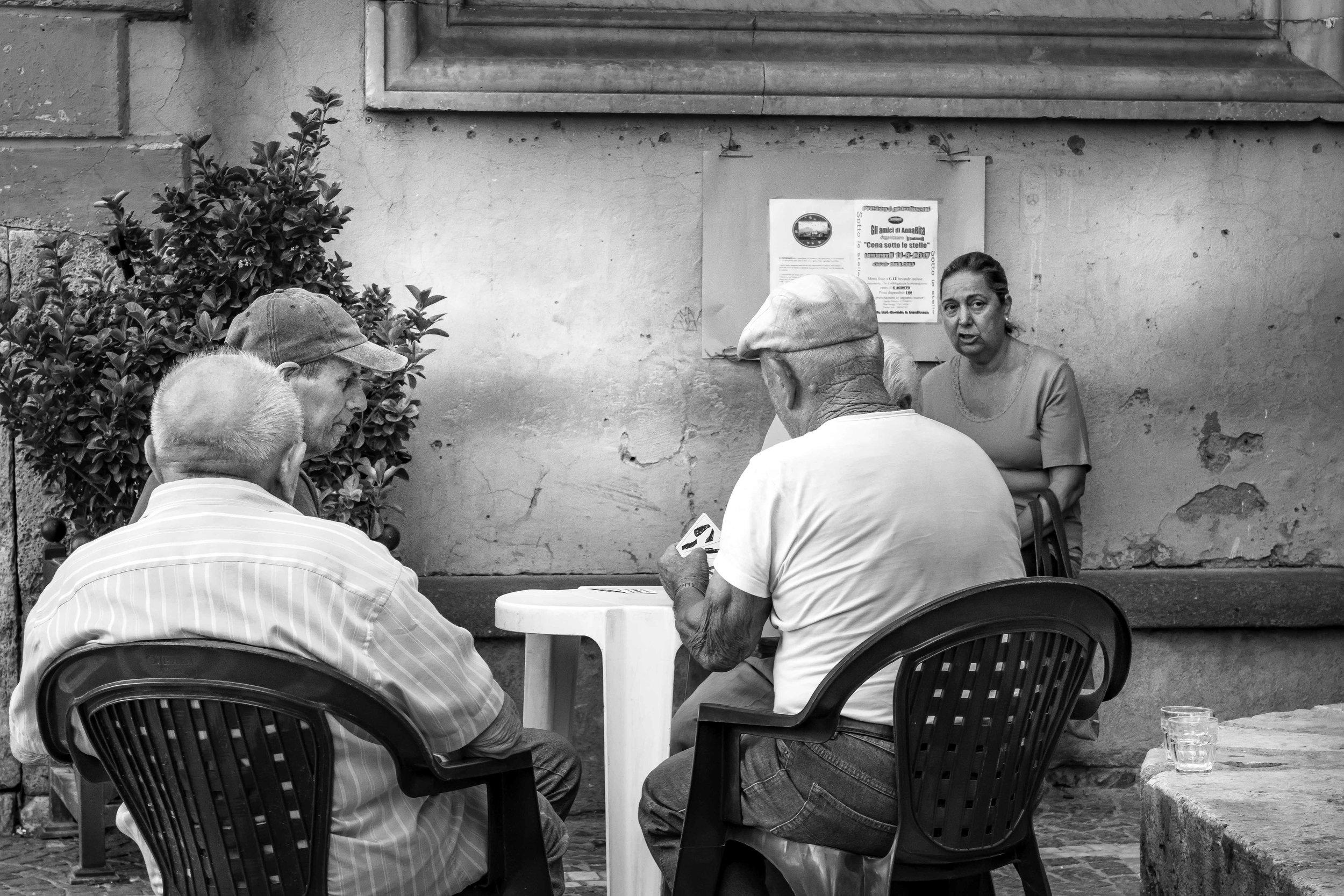 viewfinder-straatfotografie-oude-mannen-in-Collevecchio-11.jpg