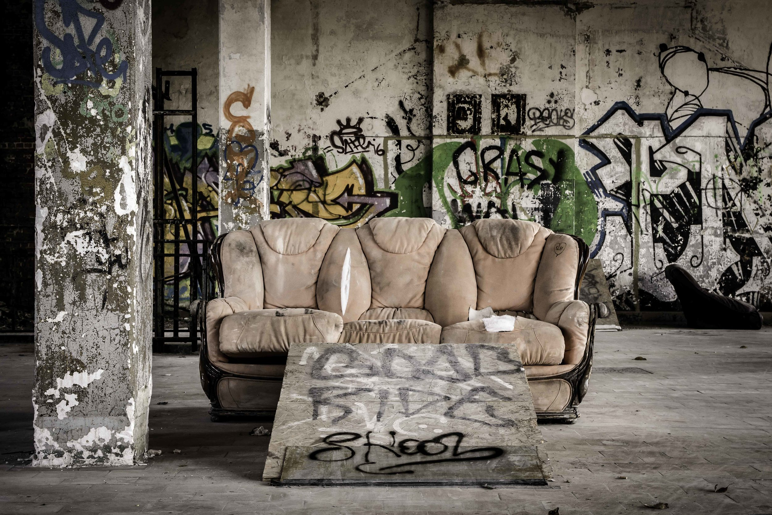 viewfinder-creativeboody-verlaten-gebouwen-fotograferen-buurt-bastogne-vroeger-opleidingscentrum-SNCB-urbex-fotografie-belgie-1