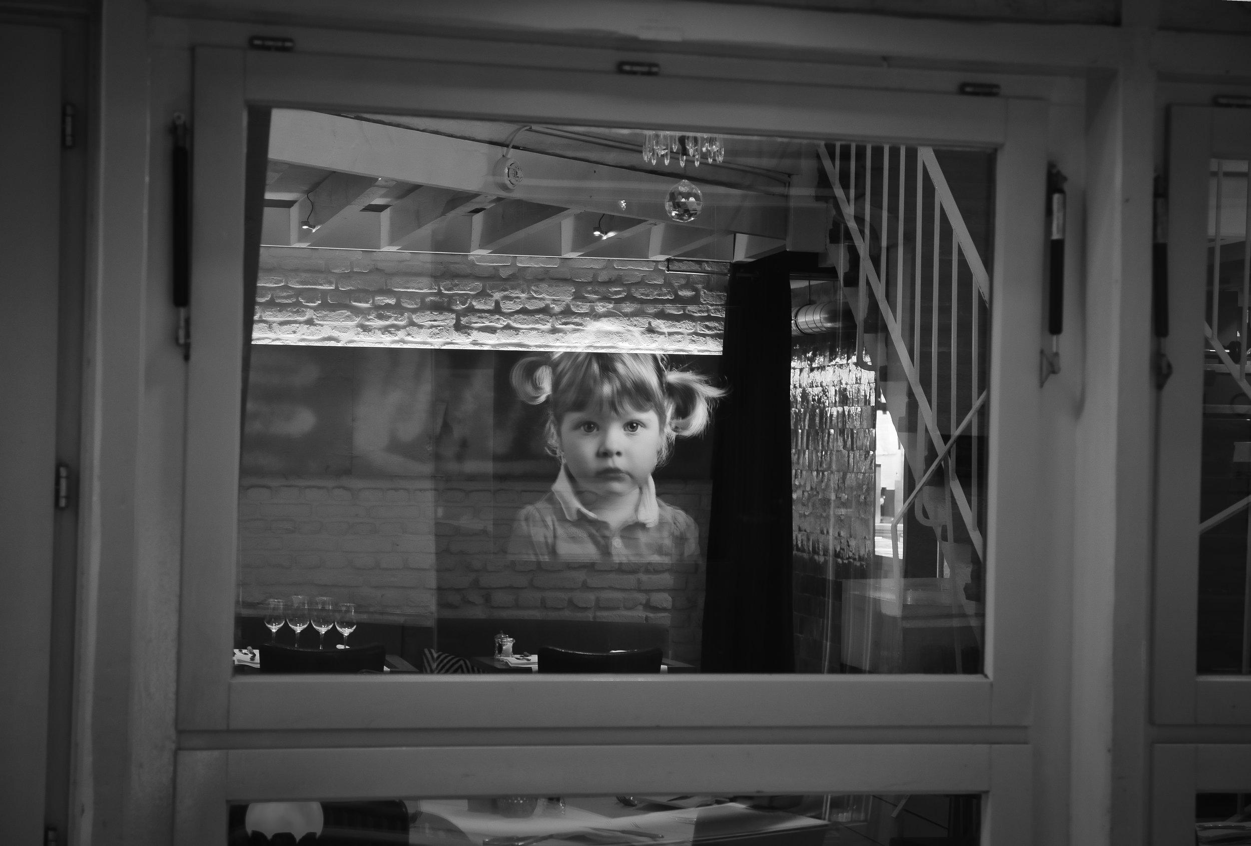 viewvinder-creativeboody-straatfotografie-in-antwerpen-reflectie-mysterieus-kind.jpg