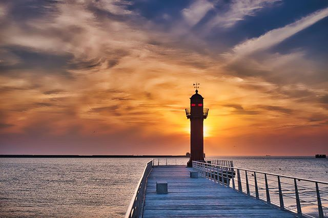 Sunset in Boulonge-Sur-Mer. • • • • • #boulognesurmer #boulognesurmertourisme #france #sunsets #sunset_ig #europe #skies #northsea #pier #lighthouse #red #clouds #seascape #france_photolovers #raw_skies