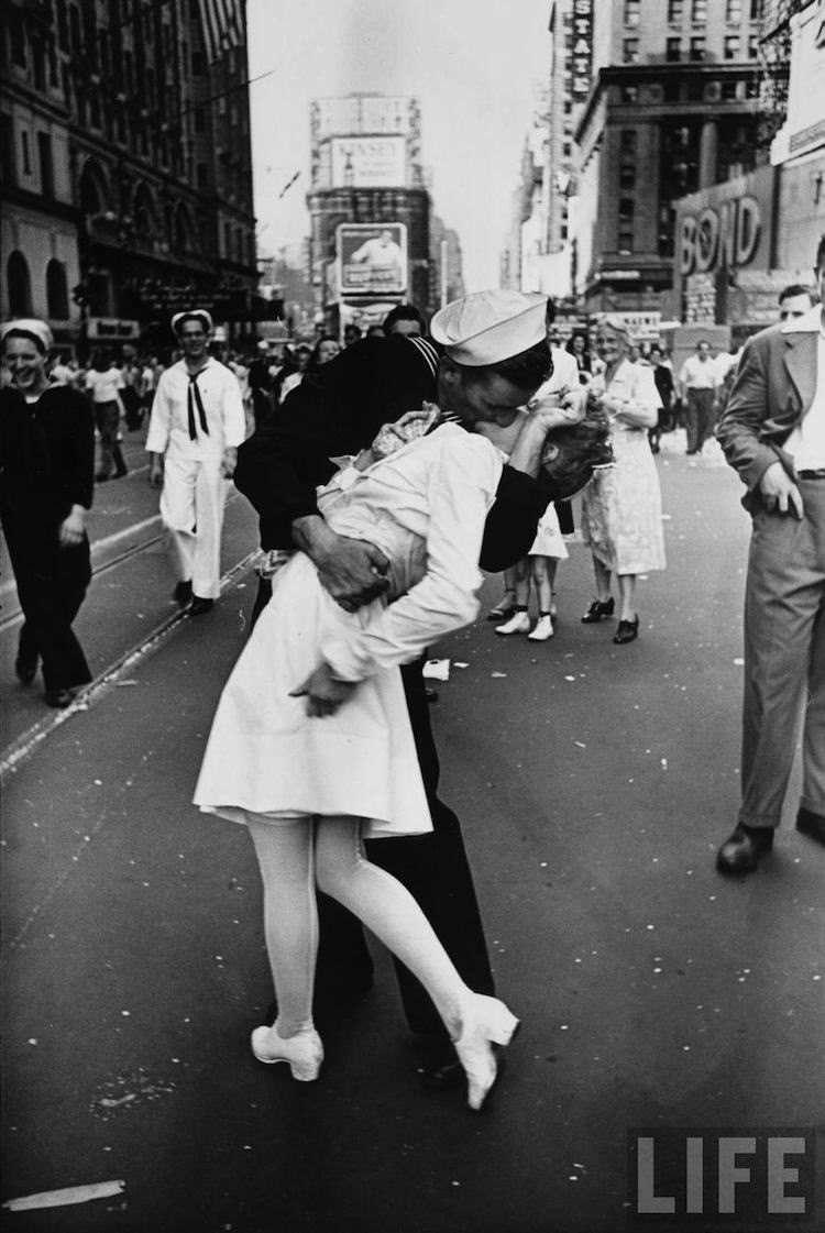 iconische-foto-kus-omhelsing.jpg