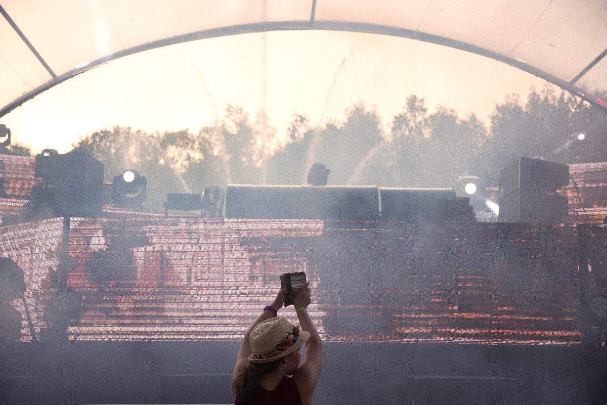 Meisje filmt DJ op buurtfeest op Tomorrowland.