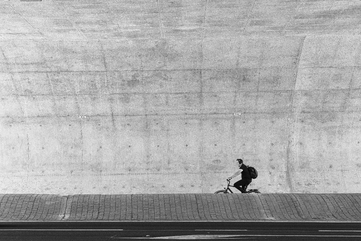 viewfinder-creativeboody-negative-space-photography-negatieve-ruimte-fotografie-fietser-tunnel-sint-katelijne-waver.jpg