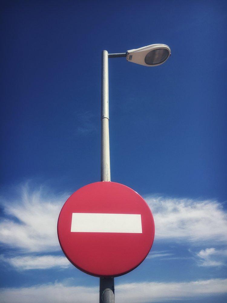 viewfinder-fotolief- creativeboody-contrast-blauwe-lucht-rood-verkeersbord.jpg