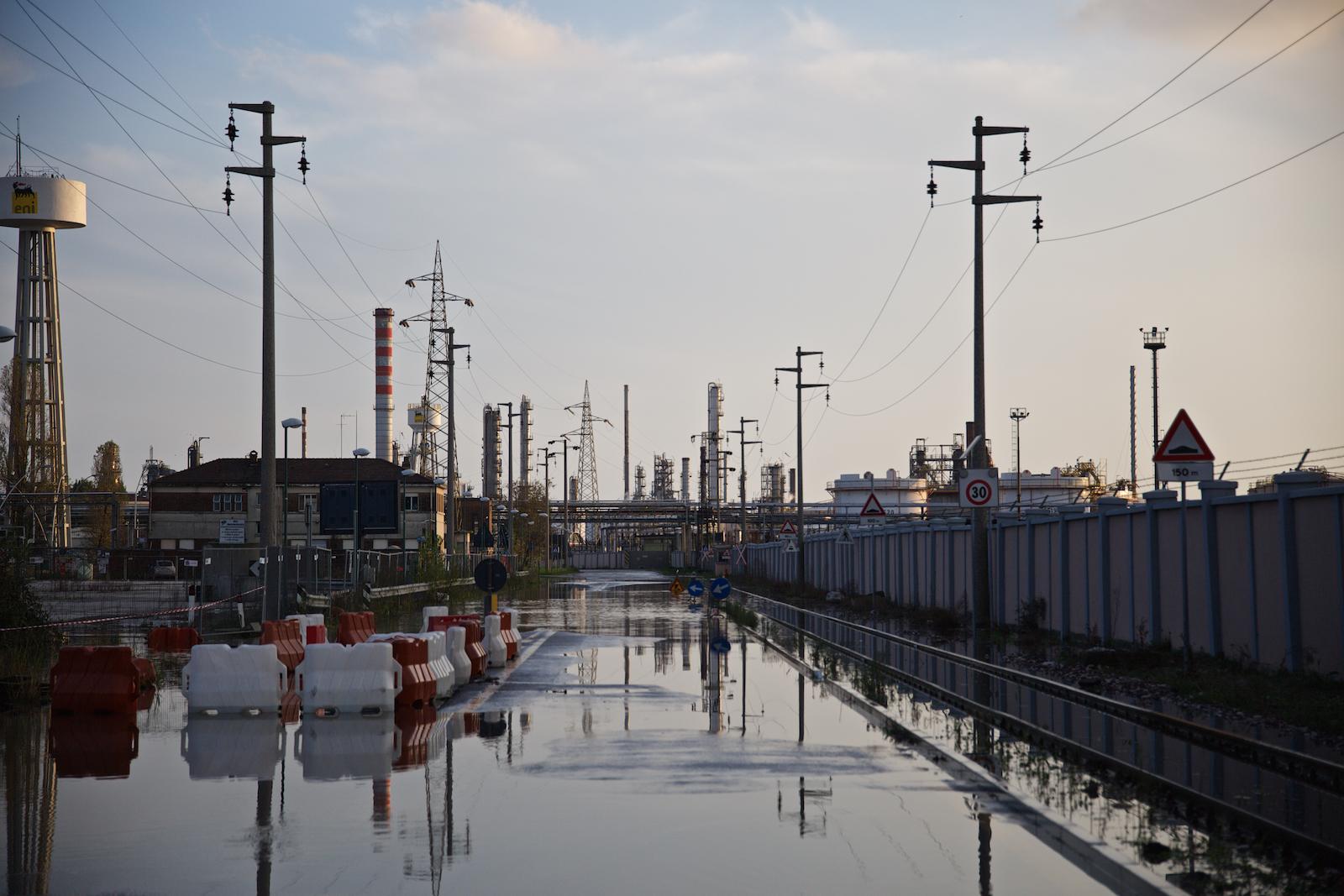 Via dei Petroli, ingresso della raffineria ENI, nella Prima Zona Industriale di Porto Marghera, recentemente convertita a impianto per la fabbricazione di bio-carburanti. Marghera, Novembre 2014.