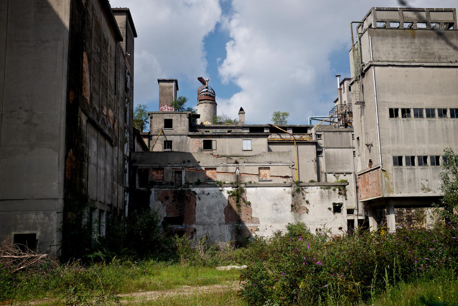 Parte degli ex-impianti dell'industria Montefibre (Montedison). In disuso da 20 anni, gli edifici sono pericolanti e a rischio crollo. In alcune zone dell'impianto il processo di bonifica non è ancora iniziato. Marghera, Settembre 2014.