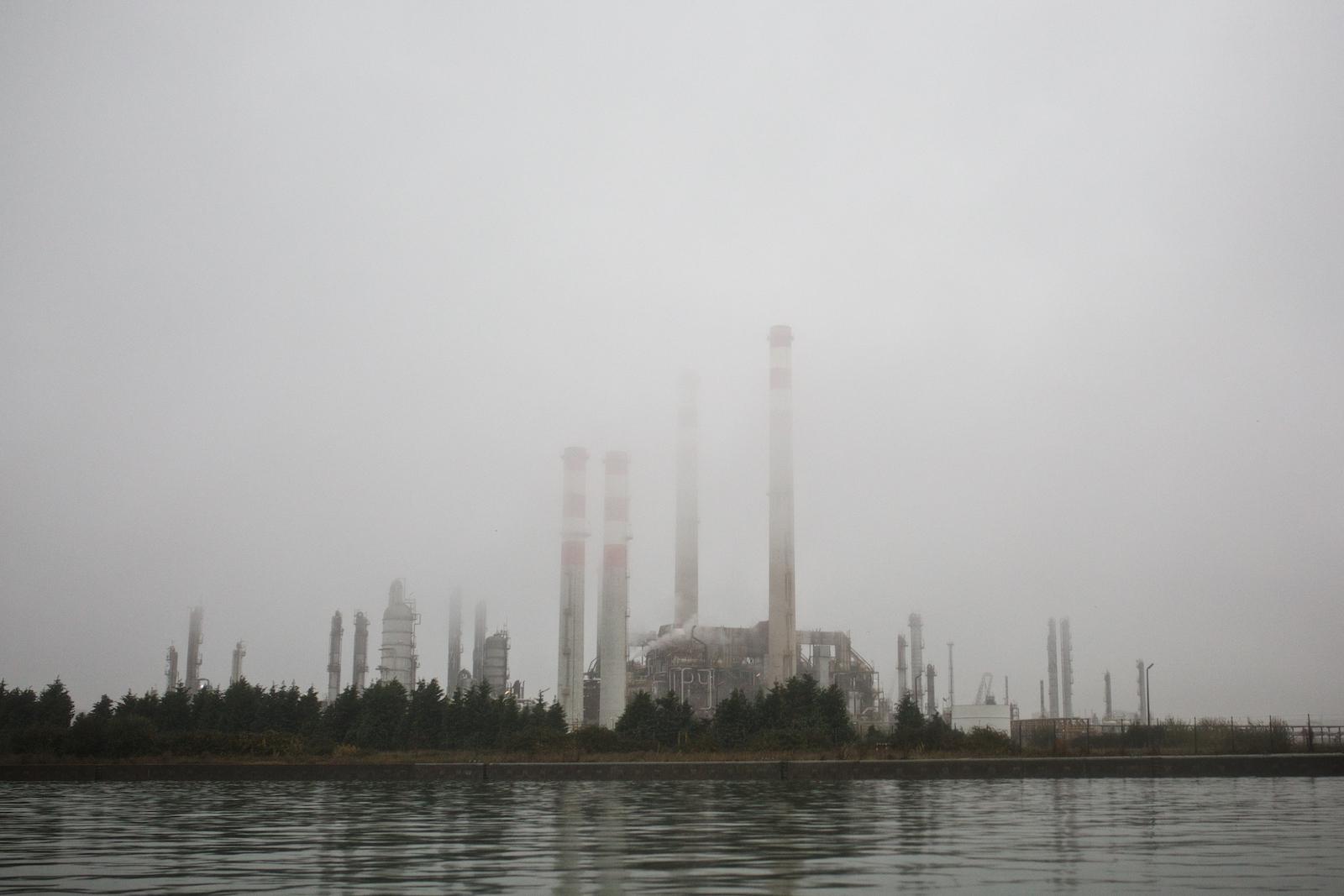 Vista di un impianto del polo industriale dal Canale Industriale Sud di Porto Marghera. Marghera, Novembre 2014