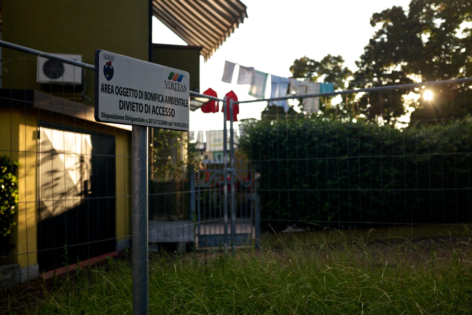 Concepito negli anni Cinquanta per venire incontro alle esigenze degli operai di Porto Marghera e inizialmente inserito nel perimetro del SIN del 2000, il quartiere di Mestre Villaggio San Marco è stato successivamente escluso dalla zona di bonifica dal 2013. Tuttavia rimangono numerose zone residenziali dove il terreno è ancora contaminato. Mestre, Settembre 2014.