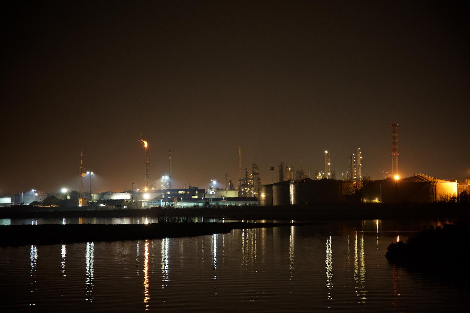 Vista notturna della raffineria ENI di Porto Marghera da Ponte della Libertà, che collega Venezia alla terraferma. Novembre 2014.